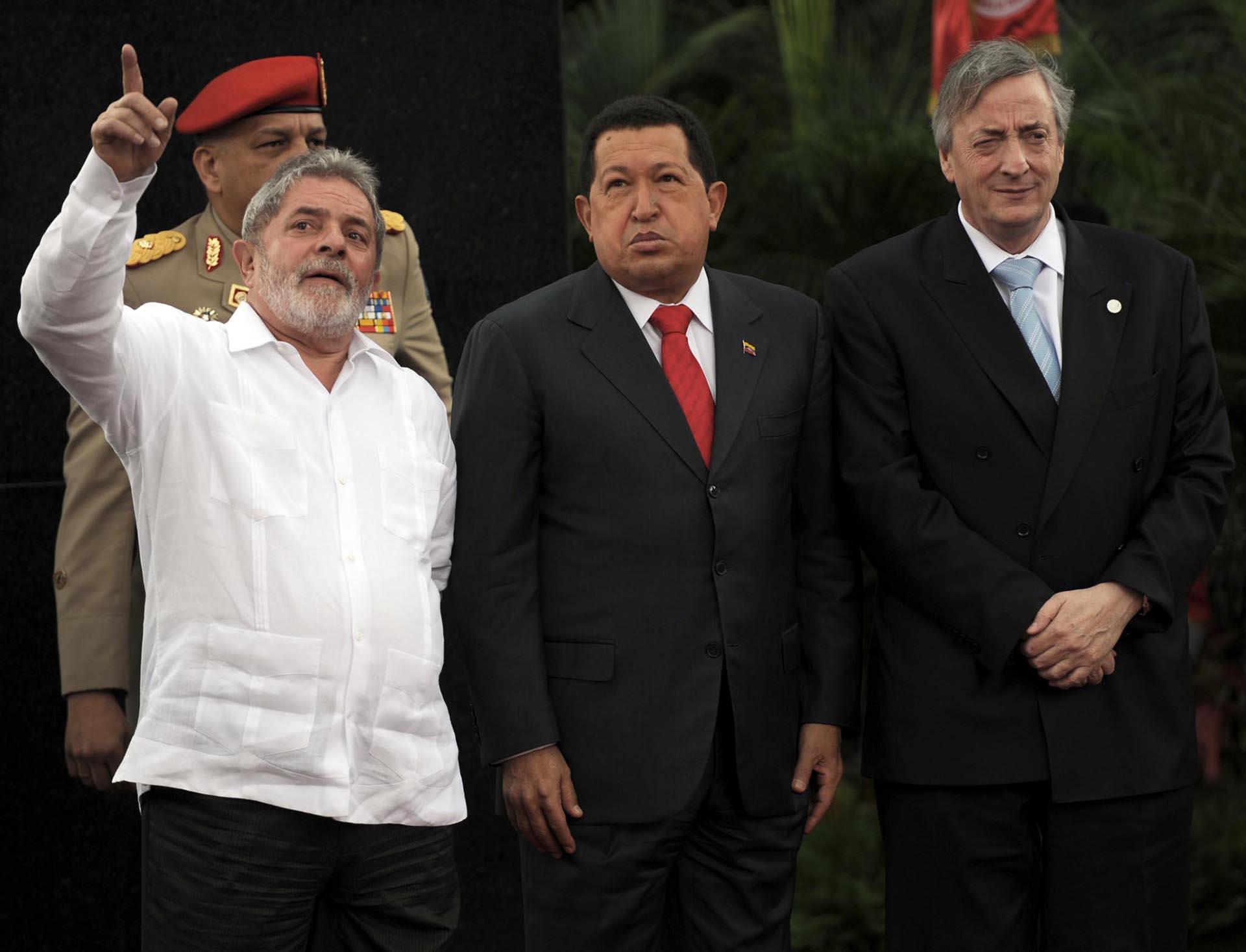 Néstor Kirchner, Secretario General de UNASUR, junto a los presidentes de Brasil, Lula da Silva, y Venezuela, Hugo Chávez, durante el Comité Estratégico Presidencial de Sudamérica y África (ASA), en Caracas, el 6 de agosto de 2010.