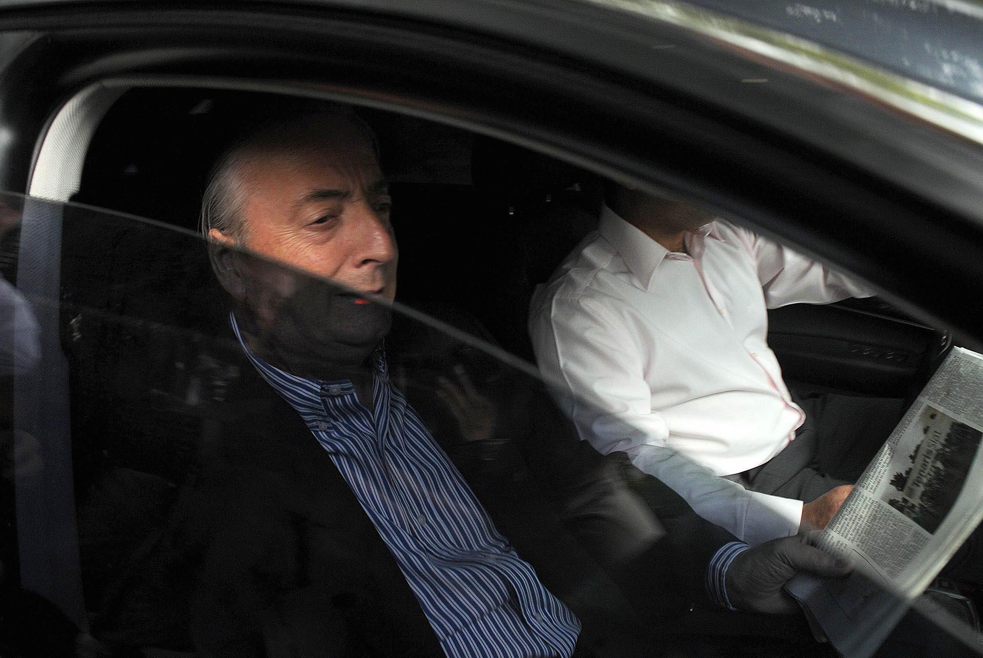El ex presidente Néstor Kirchner deja una clínica privada en Buenos Aires, el 10 de febrero de 2010, luego de someterse a una cirugía de emergencia de la arteria carótida para prevenir un derrame cerebral