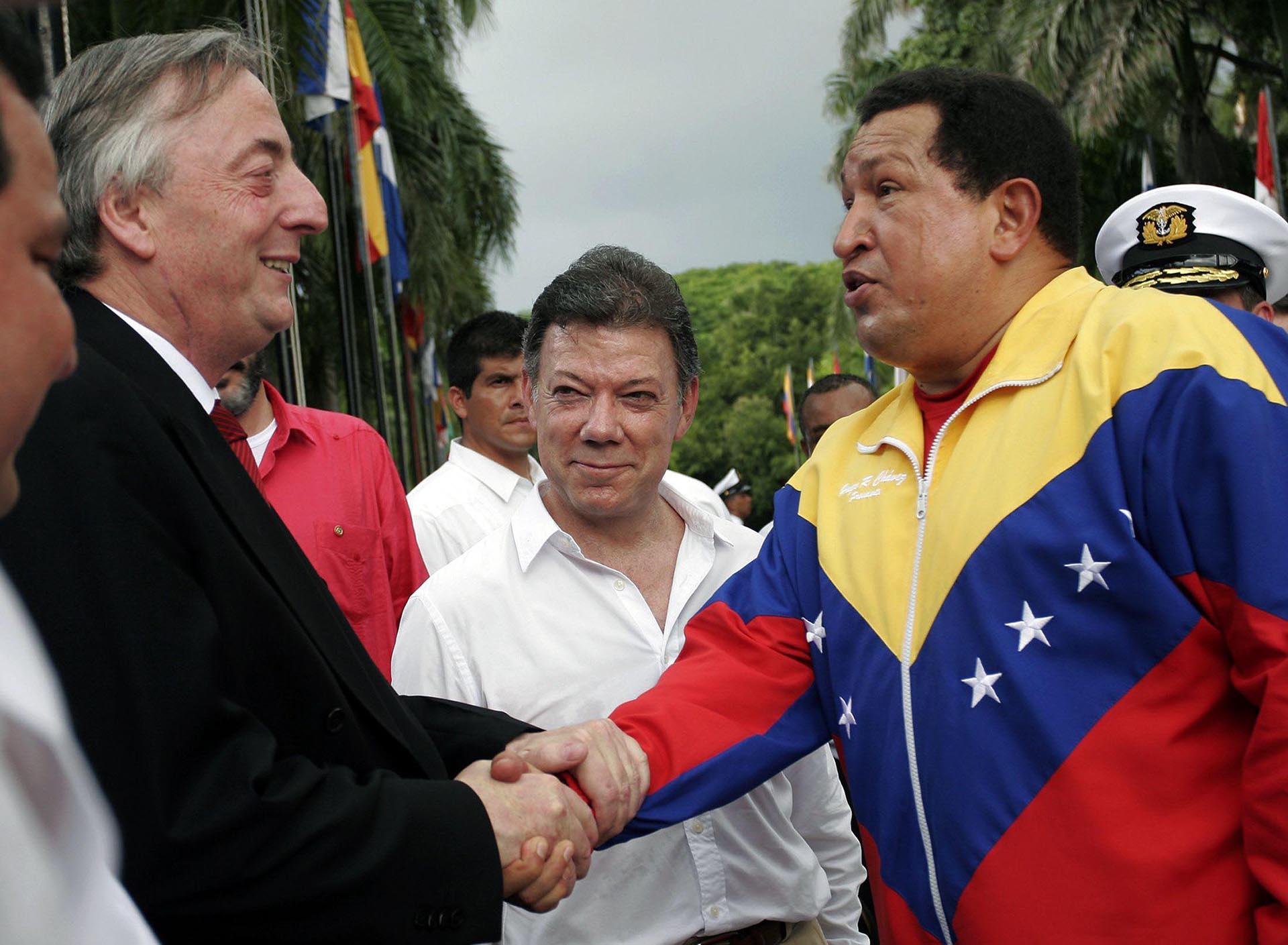 El presidente venezolano Hugo Chávez salud al Secretario General de UNASUR, Néstor Kirchner, mientras el Presidente de Colombia, Juan Manuel Santos mira la Quinta de San Pedro Alejandrino en Santa Marta, Magdalena Departamento, el 10 de agosto de 2010.
