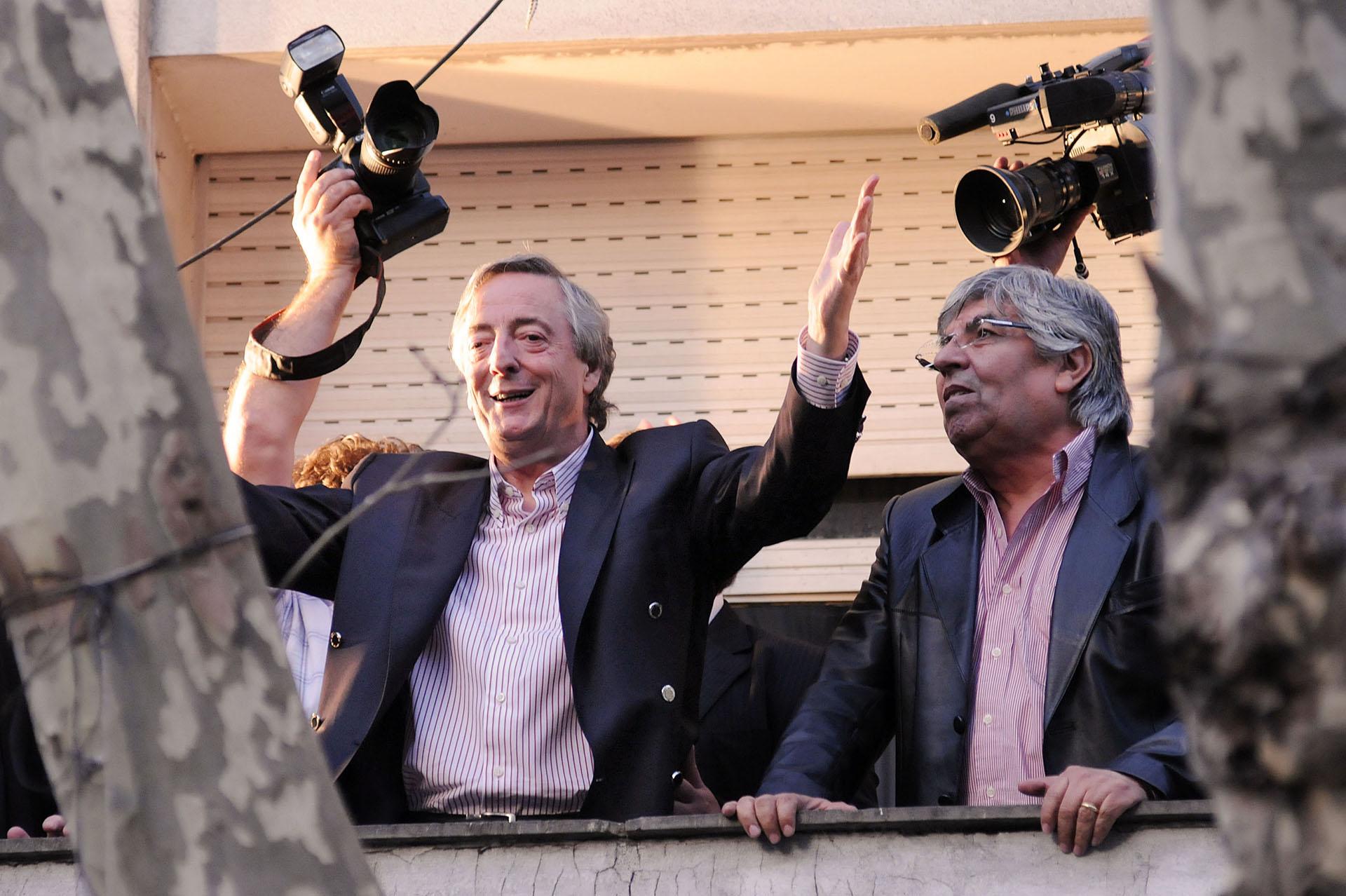 El ex presidente Néstor Kirchner junto al líder sindical Hugo Moyano saluda a los trabajadores desde un balcón de la CGT.