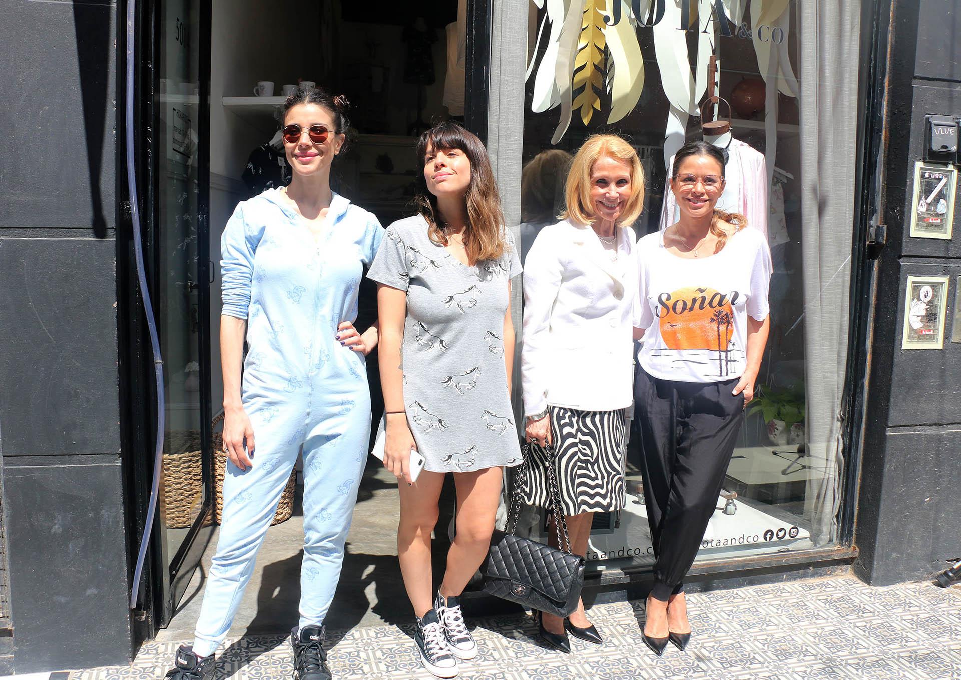Julieta Ortega inauguró un local de su marca de pijamas en Palermo. La acompañaron Andrea Rincón, su hermana Rosario y su mamá Evangelina (Verónica Guerman / Teleshow)
