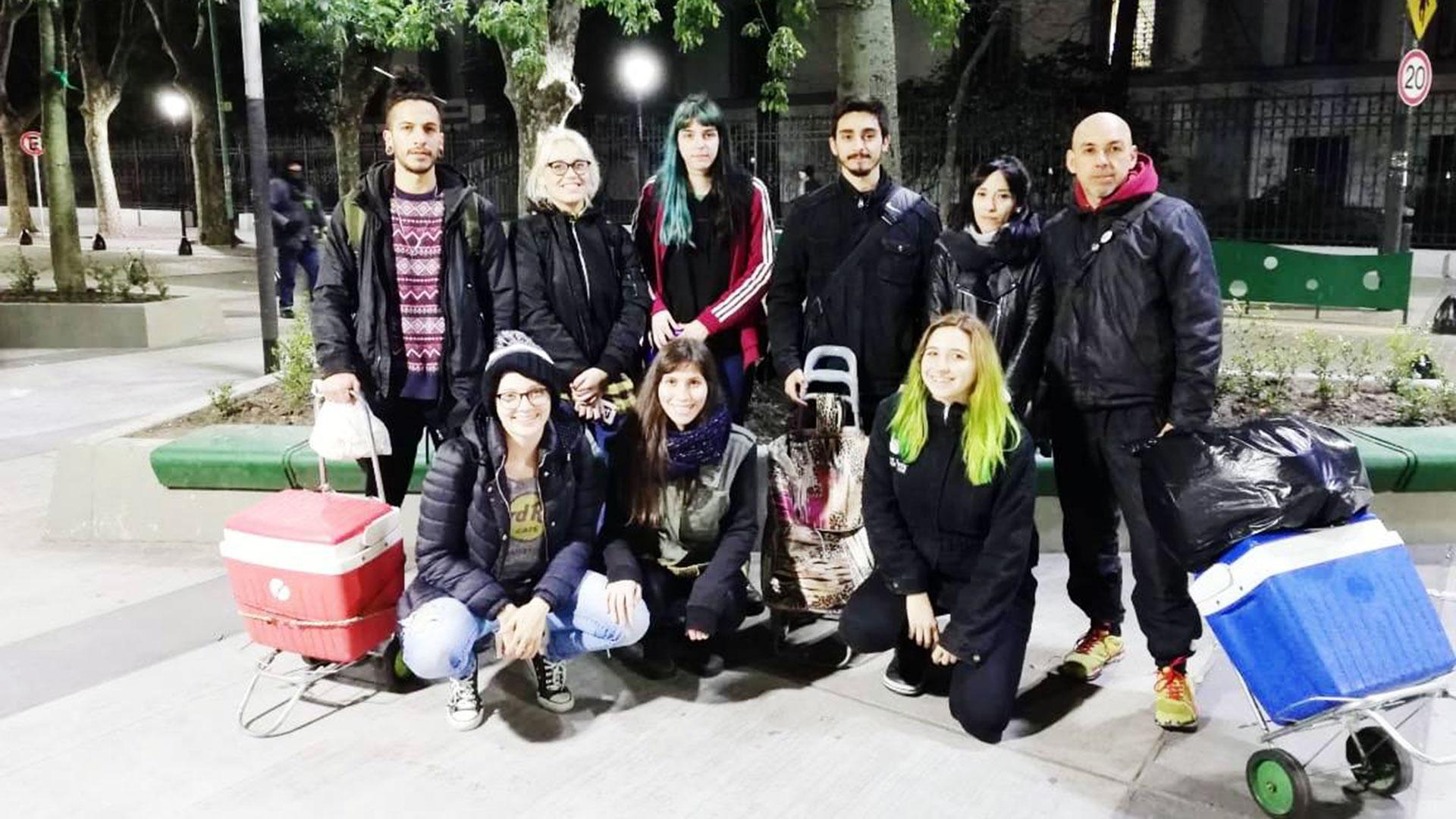 """El grupo vegano """"Amigues por la calle"""" reparte comida todos los jueves. También ayudan a las personas a buscar trabajo para que puedan reinsertarse en el campo laboral."""