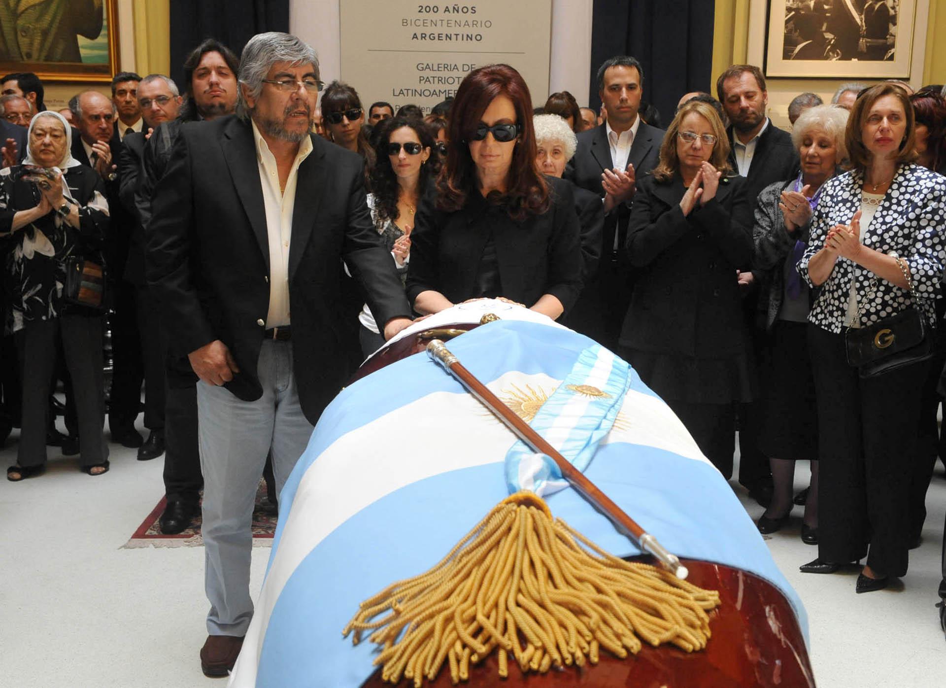 La presidenta Cristina Kirchner junto al titular de la CGT, Hugo Moyano, despiden los restos de Néstor Kirchner, que son velados en la Casa Rosada.