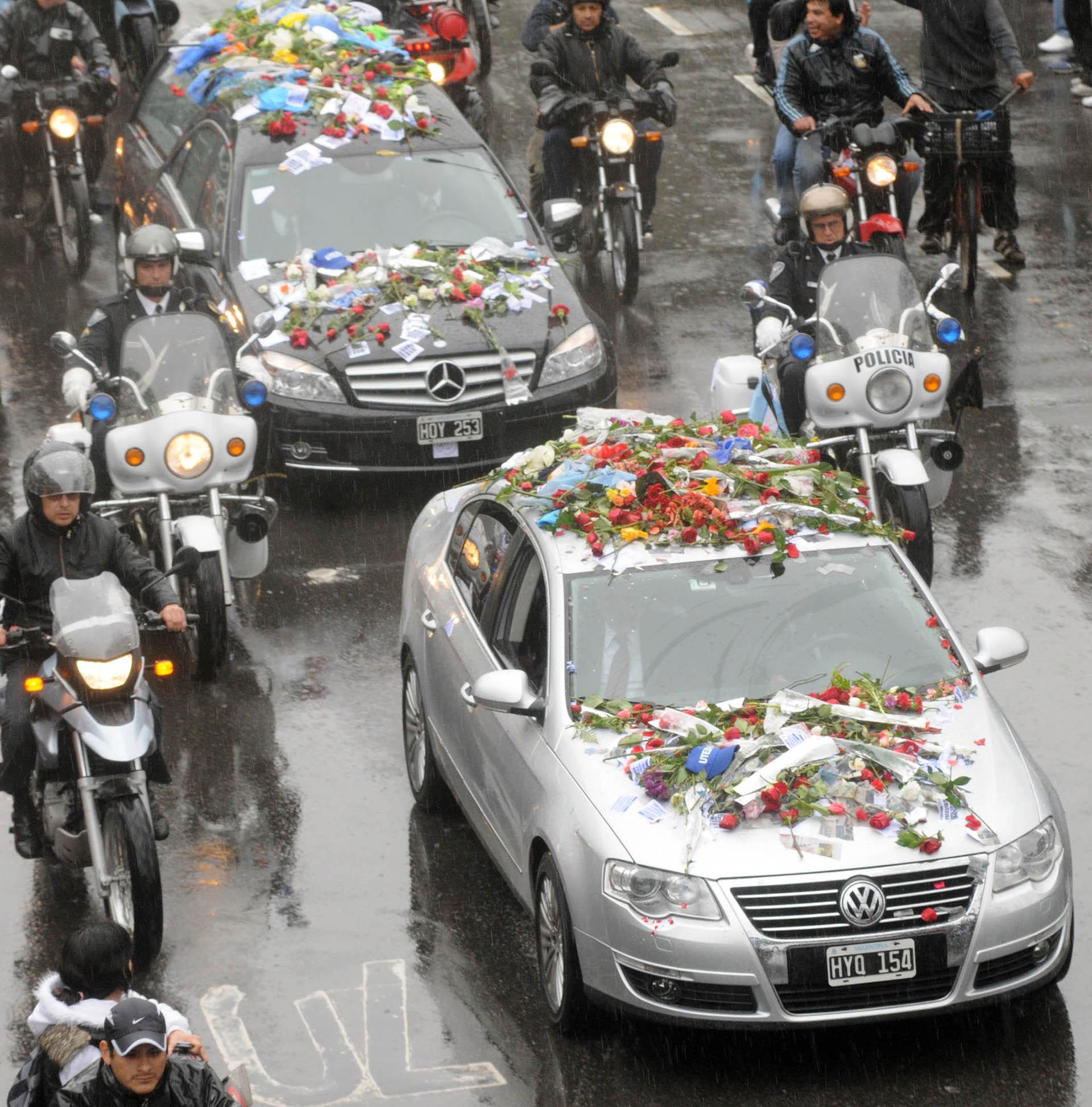 El automóvil que transporta los restos de Néstor Kirchner avanza por la avenida Libertador en dirección al aeroparque metropolitano