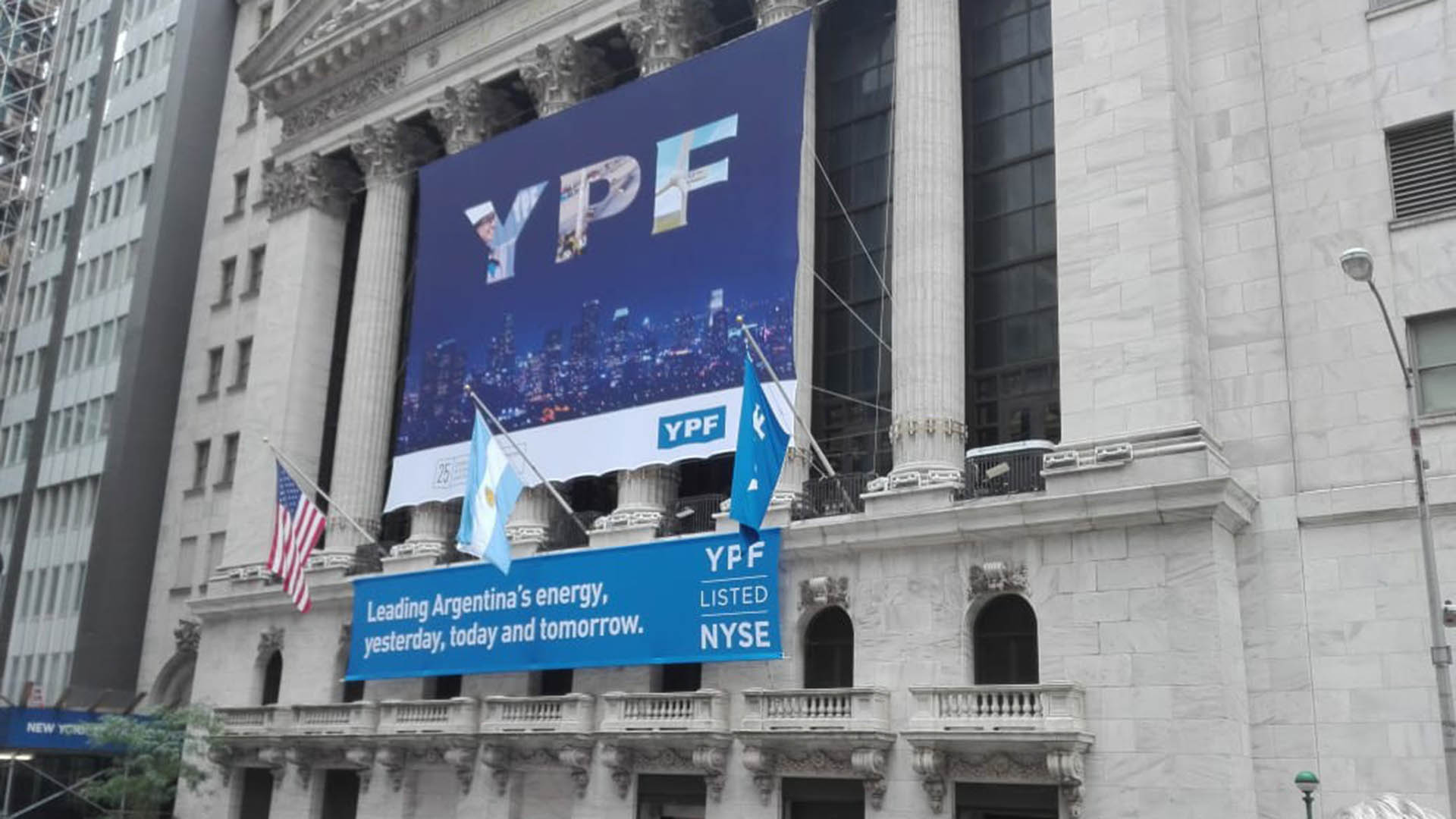 Sobre YPF pesa la coyuntura local y el amplio descenso del valor del crudo.