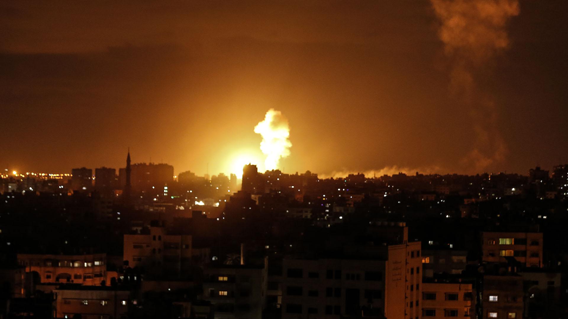 Foto de un ataque israelí a Gaza en octubre de 2018. (Photo by MAHMUD HAMS / AFP)