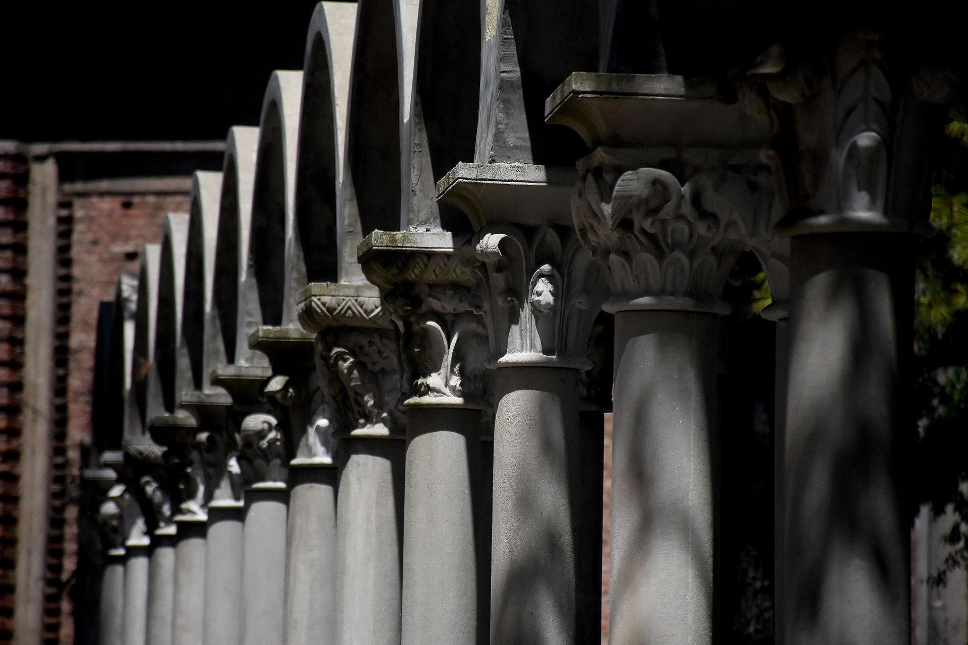 Las columnas alrededor de todo el parque interior de La Abadía de San Benito