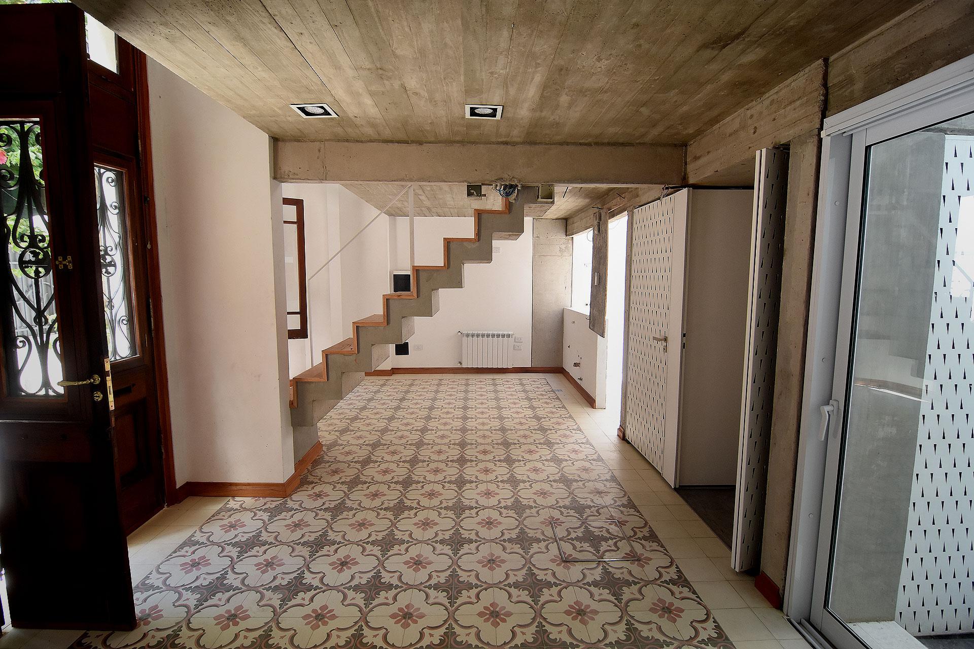 La vivienda se reutilizó como hall de acceso y areas públicas, incorporándole además un entrepiso con balconeo hacia planta baja
