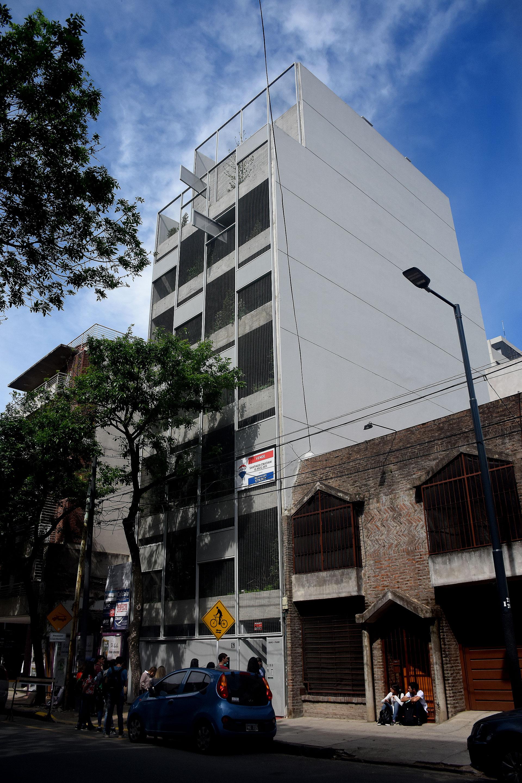 BONPLAND 2169. Organizado mediante cinco crujías perpendiculares a los muros medianeros que delimitan su aptitud técnica al mismo tiempo que ofrecen un buen margen de flexibilidad