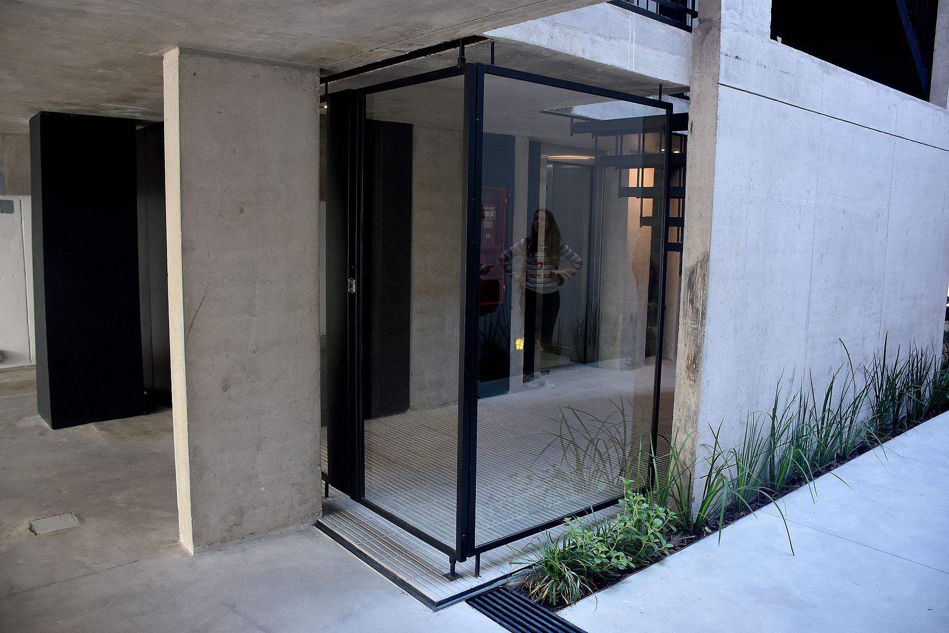 Retomando las tradiciones constructivas y los materiales presentes en el imaginario colectivo, se propone incorporar el ladrillo macizo como material en las fachadas exteriores y fachadas hacia el patio.
