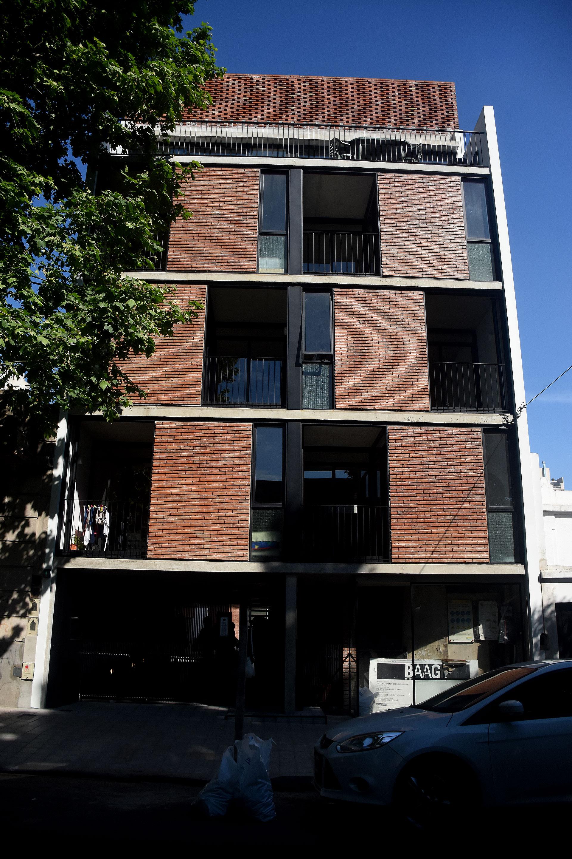 ARAOZ 967. El proyecto tiene como vocación generar ese tipo de contactos y relaciones. El edificio se organiza en dos bloques de viviendas separadas por un patio. Todas las unidades tienen ventilación cruzada y visuales tanto hacia el patio interno, como hacia el exterior.