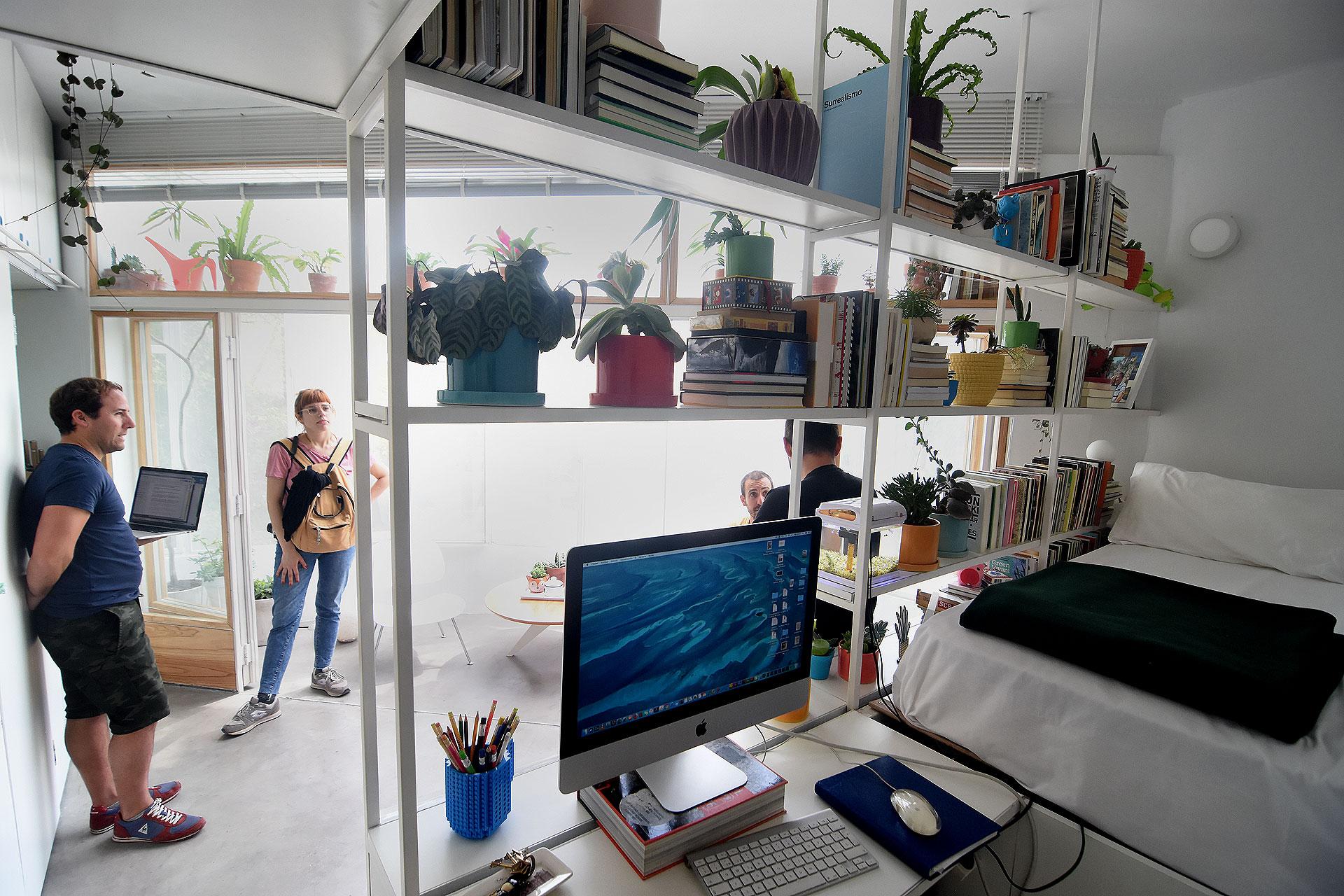 Espacios de guardado, equipamiento y da lugar a la cama y escritorio que se relacionan con el resto del ambiente a través de una biblioteca.