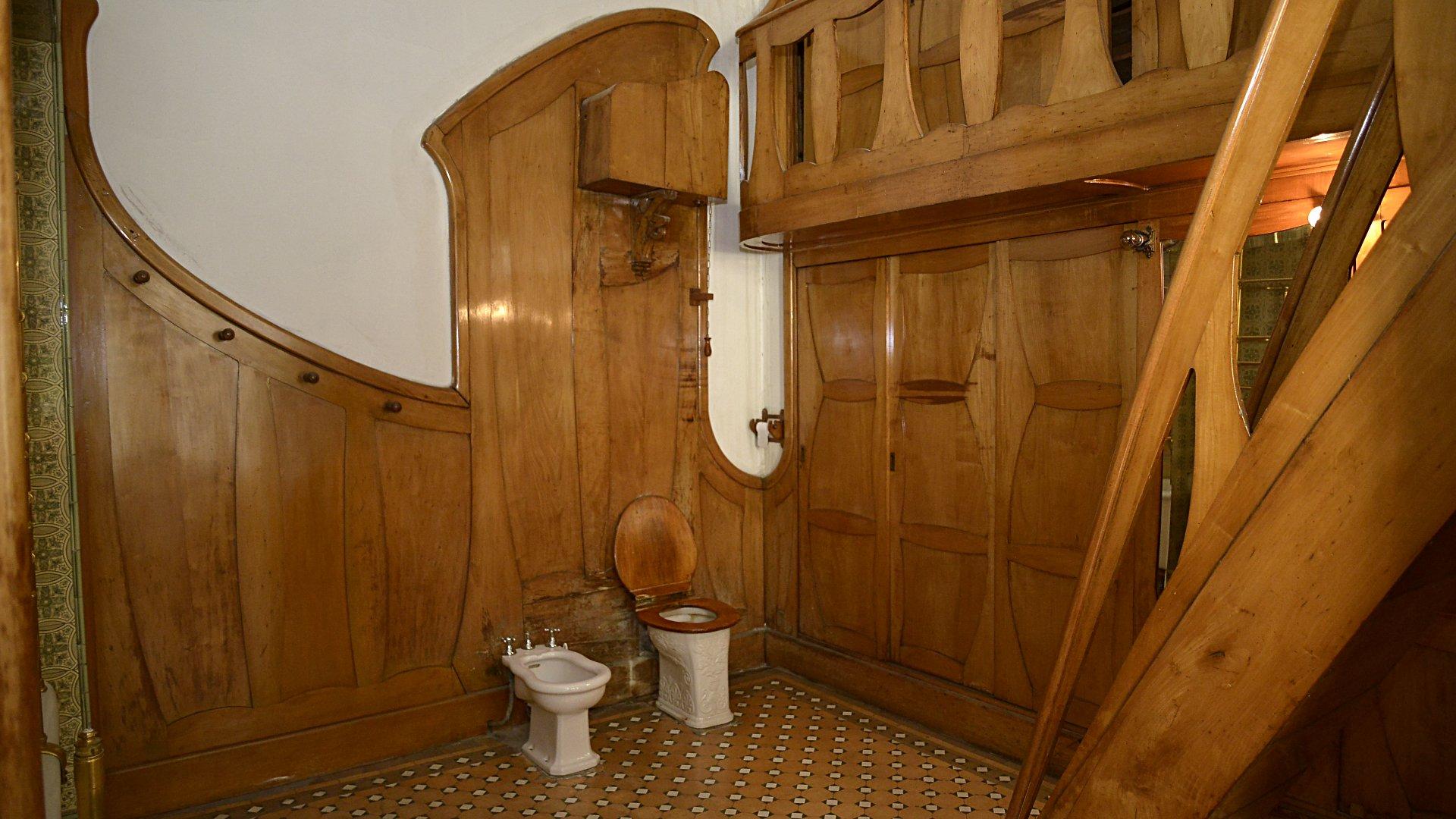 El interior de uno de los baños que posee la ex Residencia Ángel Braceras