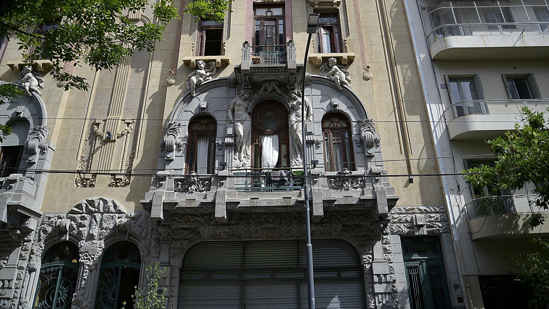 CASA CALISE. La Casa Calise es una obra del arquitecto Viginio Colombo que ha sido recientemente restaurada.