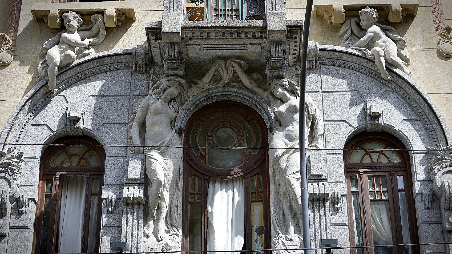 Adornada por estatuas de Ercole Pasina, fue puesta en valor gracias a sus propios vecinos en conjunto con diversos asesores y profesionales que integran el Equipo Calise