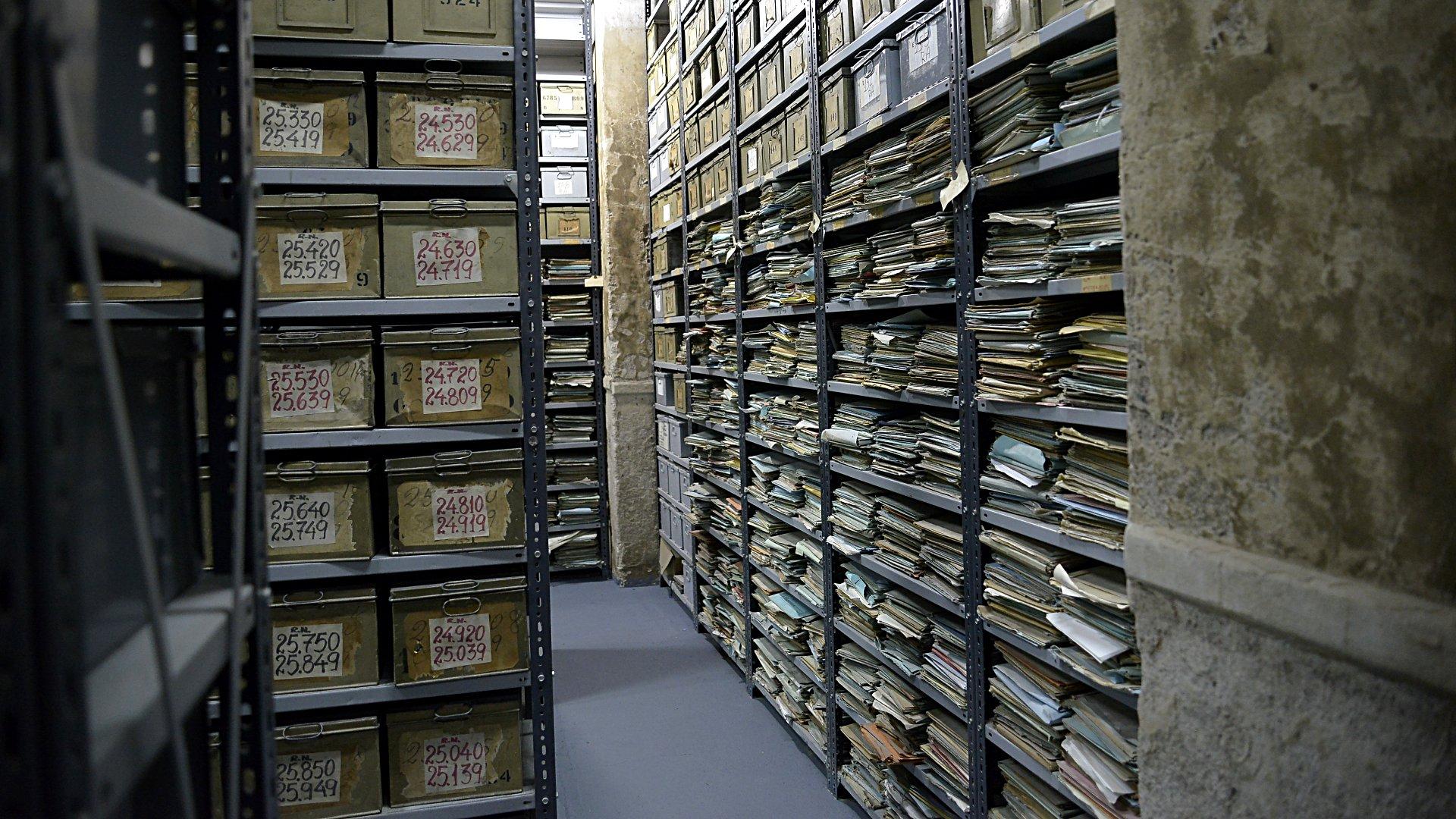 Estanteías antiguas con cientos de miles de papeles