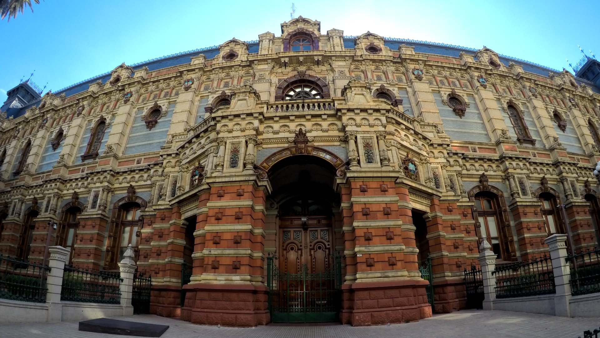 PALACIO DE AGUAS CORRIENTES. Fue construido para alojar los tanques de suministro de agua corriente de la creciente ciudad a fines del siglo XIX, envueltos en un exterior suntuoso de materiales importados