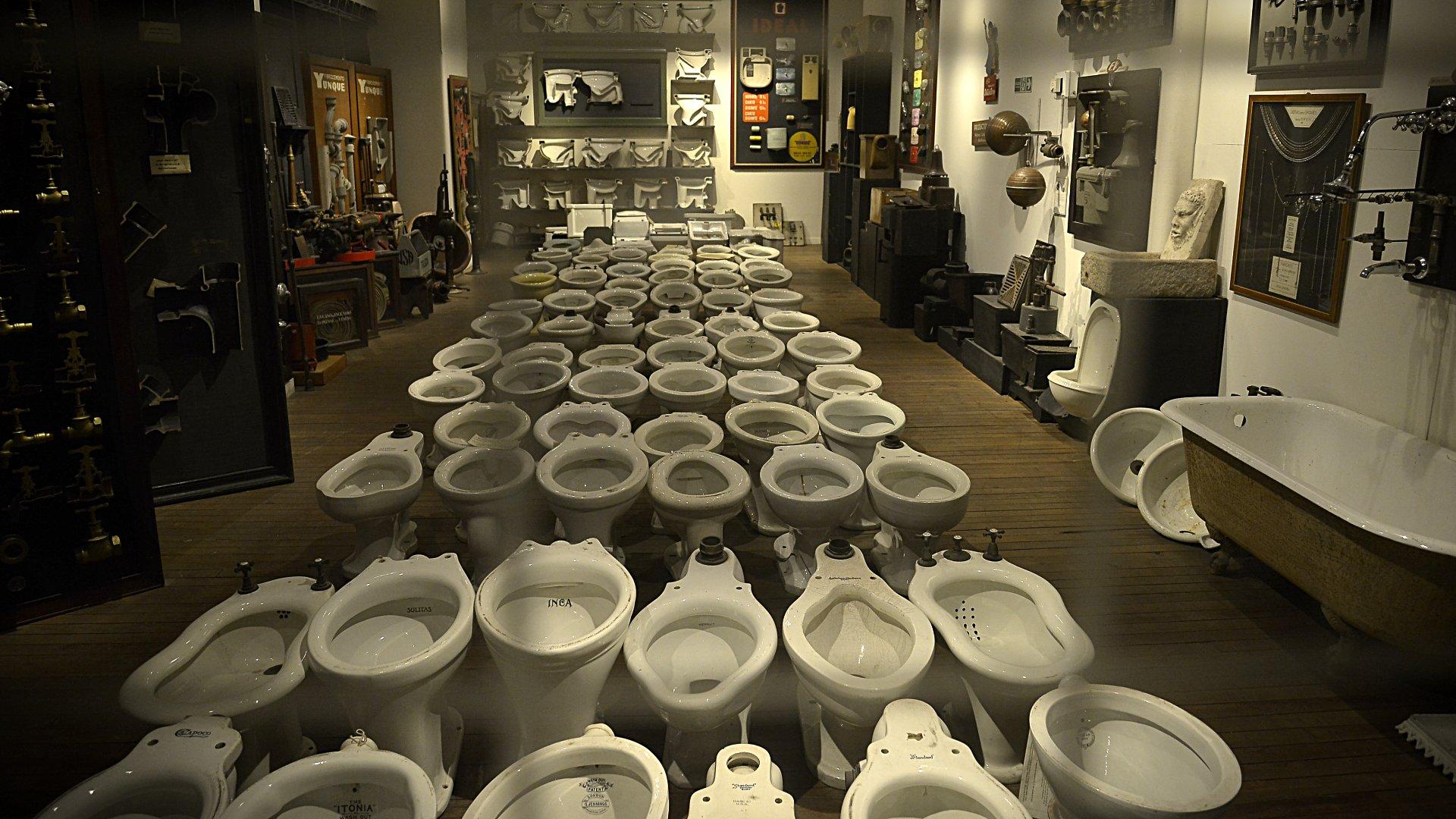 Un ambiente donde los nuevos y viejos modelos de videt, inodoros, bañeras y griferías