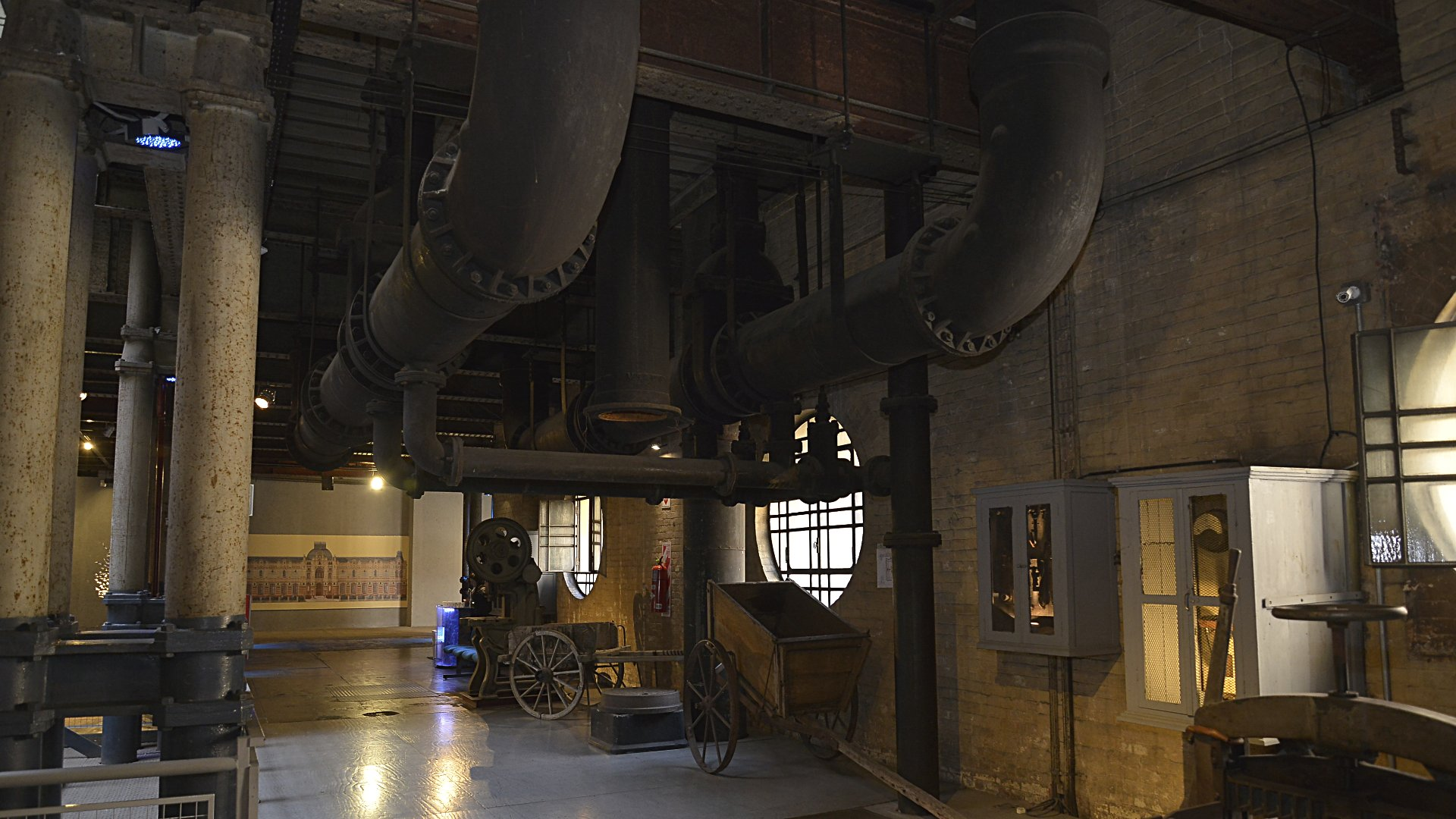 En sus tres niveles, contiene 12 tanques de agua con capacidad total de 72 millones de litros de agua, con un peso calculado de 135000 toneladas. Estos son sostenidos por una estructura portante de vigas, columnas y cabriadas metálicas. Las paredes son de hasta 1,80 metro de espesor, y sostienen a las 180 columnas, distanciadas seis metros entre sí.