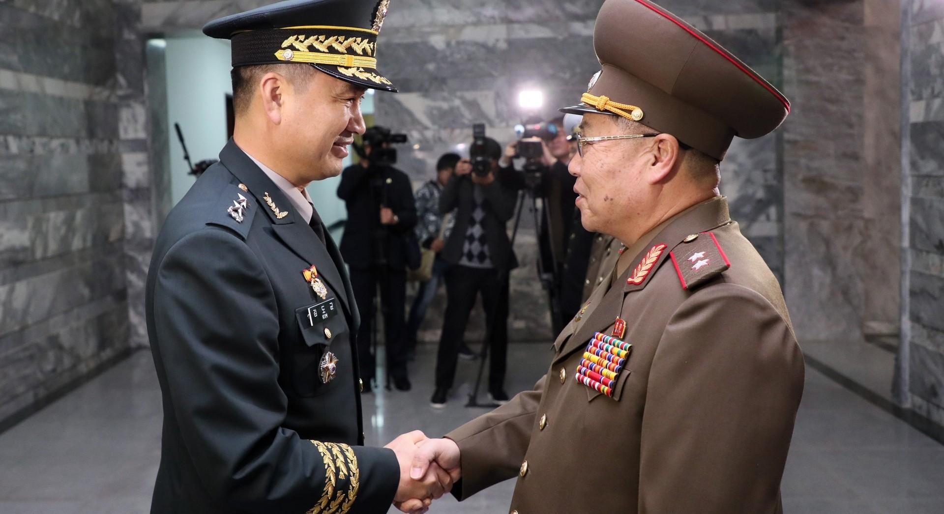 Jefes militares de la península coreana se saludan en la Frontera (AFP)