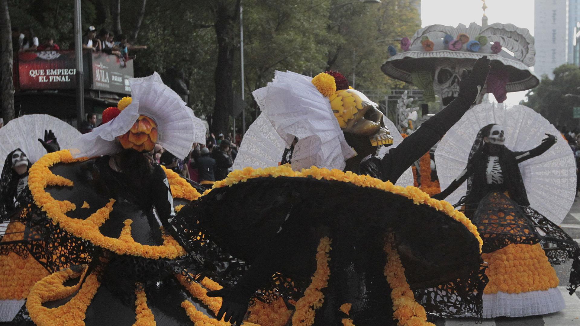 Tradicionalmente, los festejos por el Día de los Muertos en México consisten en la elaboración de altares y reuniones en las tumbas de los familiares fallecidos, llevándoles música, bebida y conversación el 1 y el 2 de noviembre