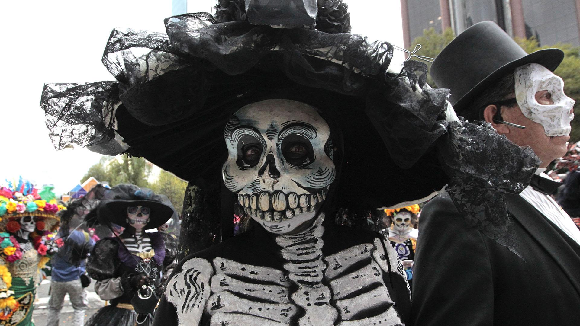 CIUDAD DE MÉXICO (AP) — Enormes esqueletos y bailarines vestidos con trajes regionales recorrieron una de las principales avenidas de la Ciudad de México en el tercer desfile anual