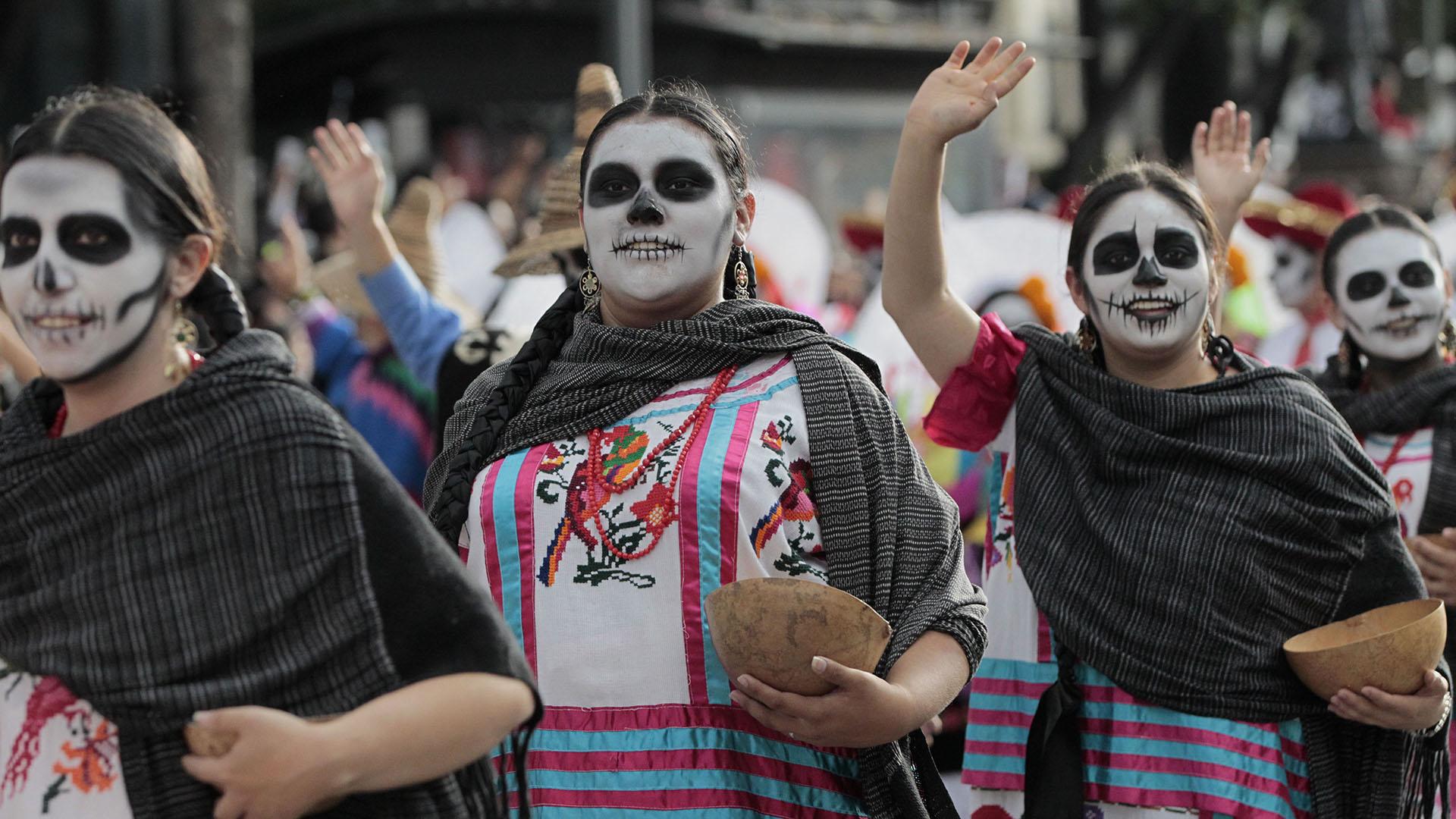 En la zócalo capitalino se instaló también la tradicional ofrenda monumental, que esta año rinde homenaje a los migrantes que han perdido su vida en su búsqueda de mejores oportunidades