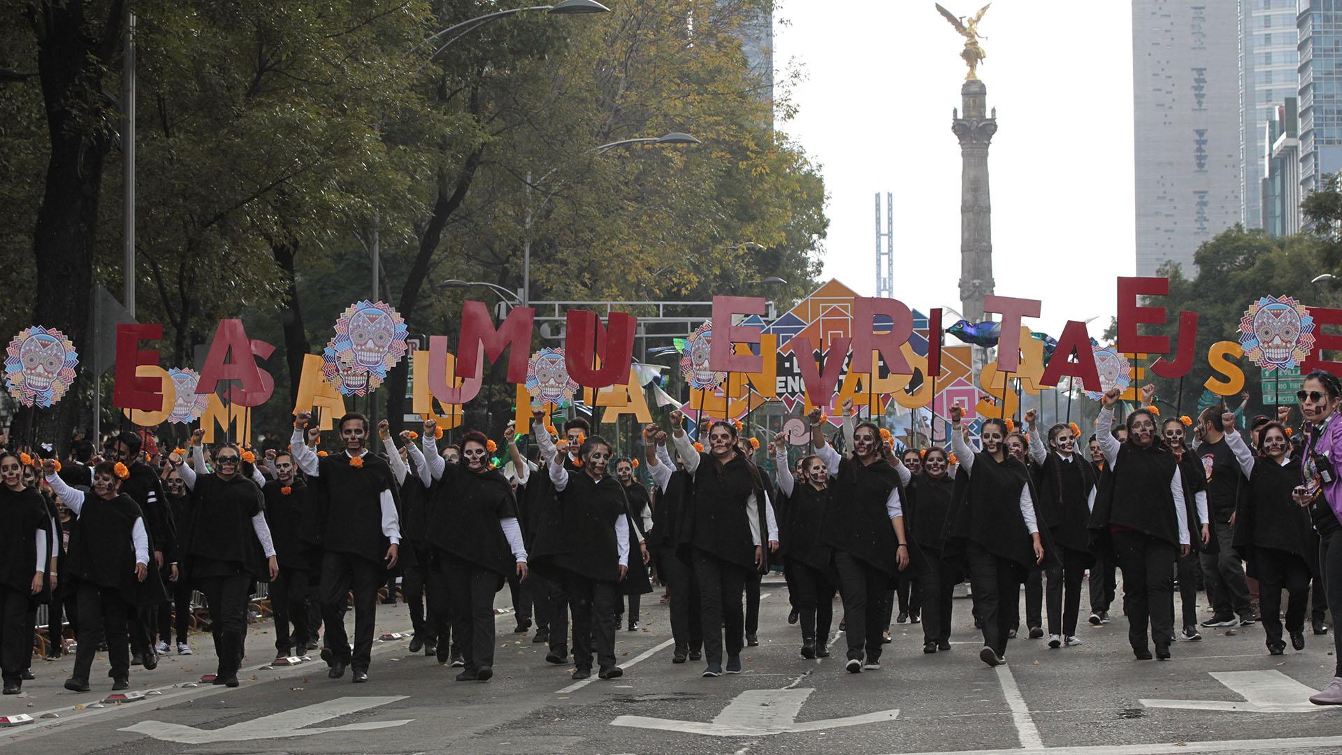 El desfile lleno de caléndulas en la avenida Paseo de la Reforma rindió homenaje a los migrantes que han fallecido