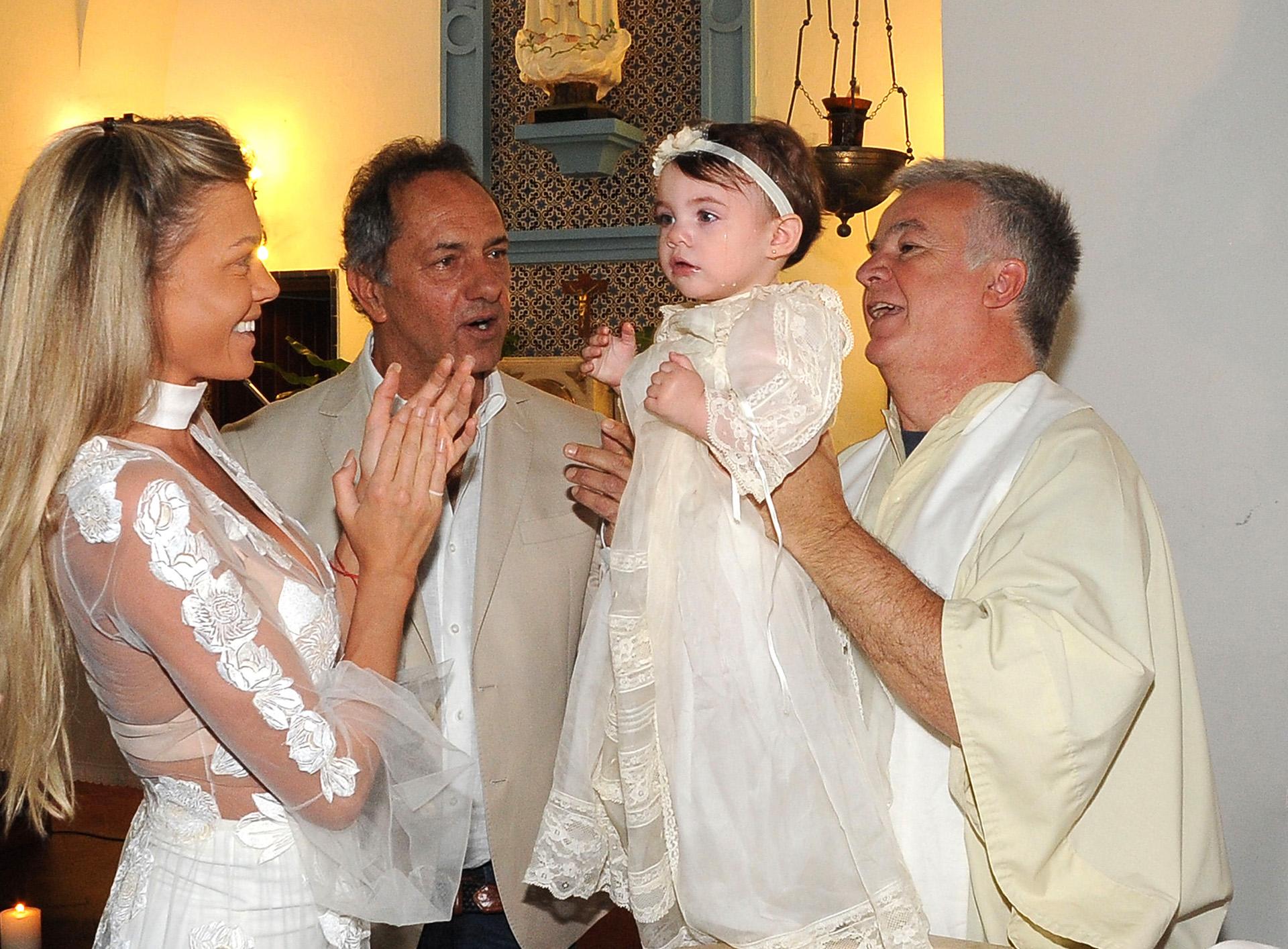 Gisela Berger y Daniel Scioli bautizaron a su hija Francesca en la capilla del Salvador del Delta, en Dique Luján