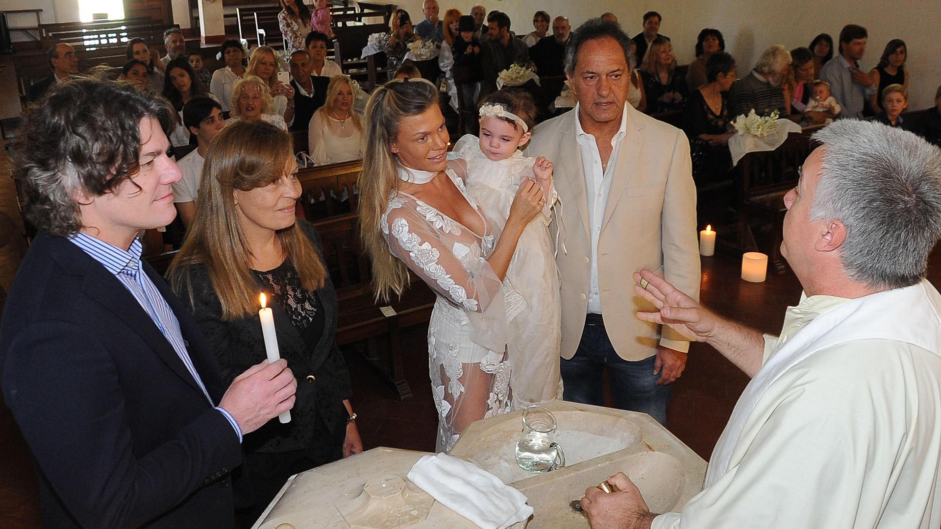 Los padrinos de Francesca son Nicolás, hermano del ex gobernador, y Adriana, la madre de Gisela