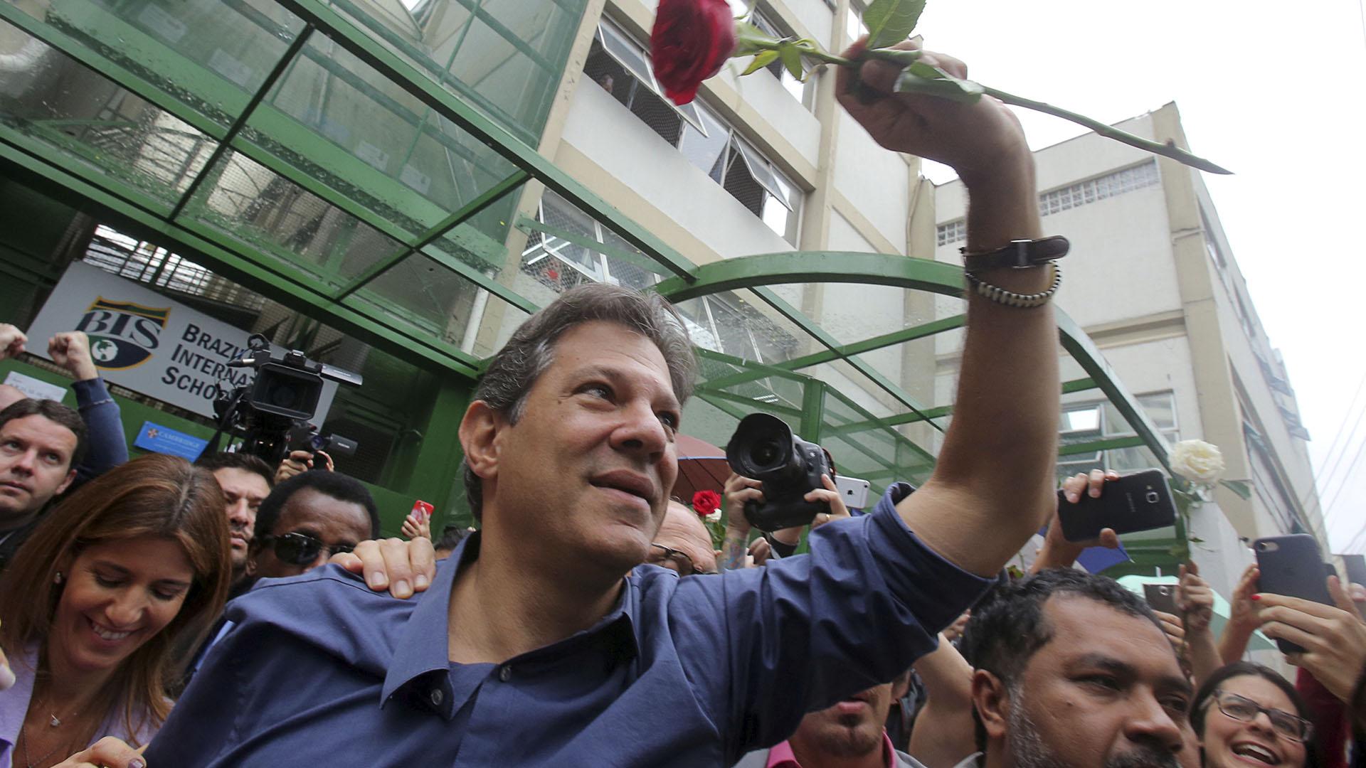 Haddad intentará remontar los resultados que arrojan los sondeos en Brasil (Reuters)