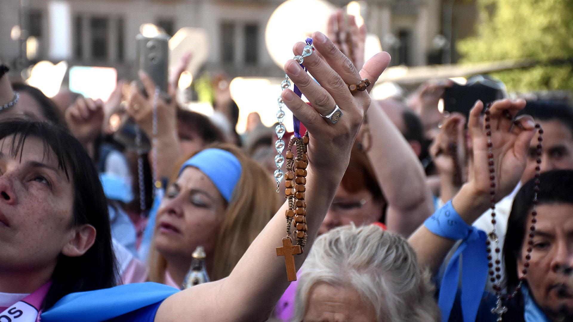 Hubo banderas argentinas, rosarios eimágenes religiosas