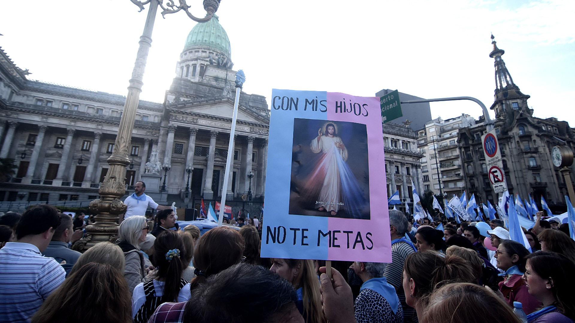 """Bajo el lema """"Con mis hijos no"""", una numerosa marcha tuvo lugar en la tarde del domingo frente al Congreso de la Nación (Fotos: Nicolás Stulberg)"""