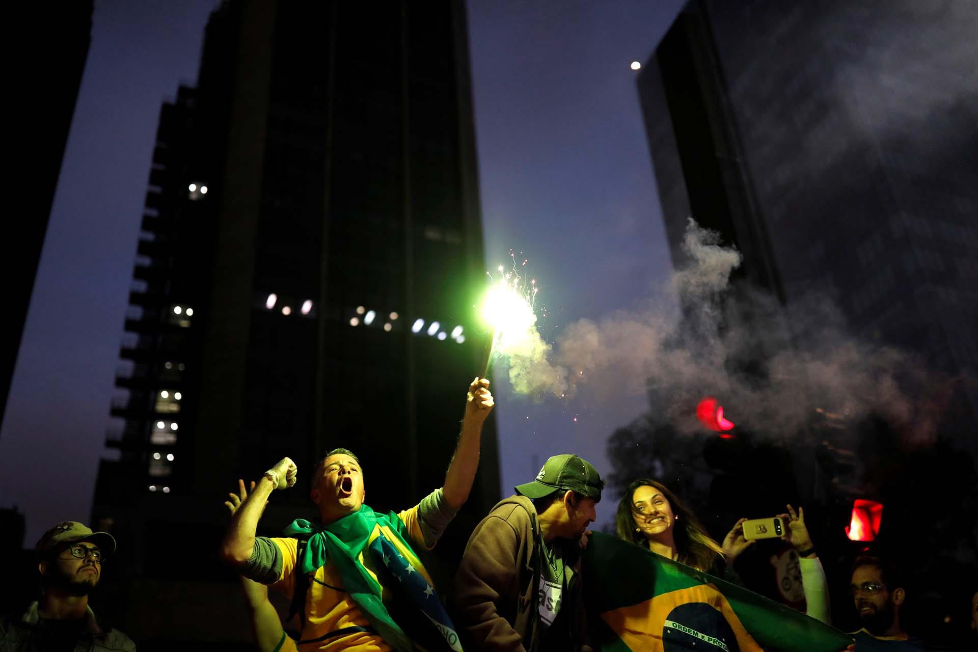Fuegos artificiales y banderas durante las celebraciones por el triunfo de Brasil (REUTERS/Nacho Doce)