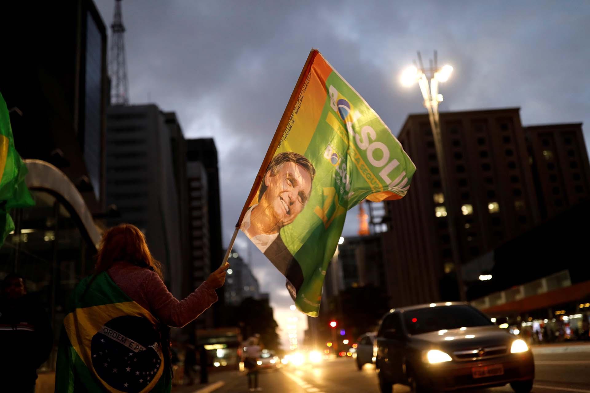 Banderas, fuegos artificiales y camisetas de Brasil bañaron las calles del país para celebrar la victoria de Bolsonaro (REUTERS/Nacho Doce)