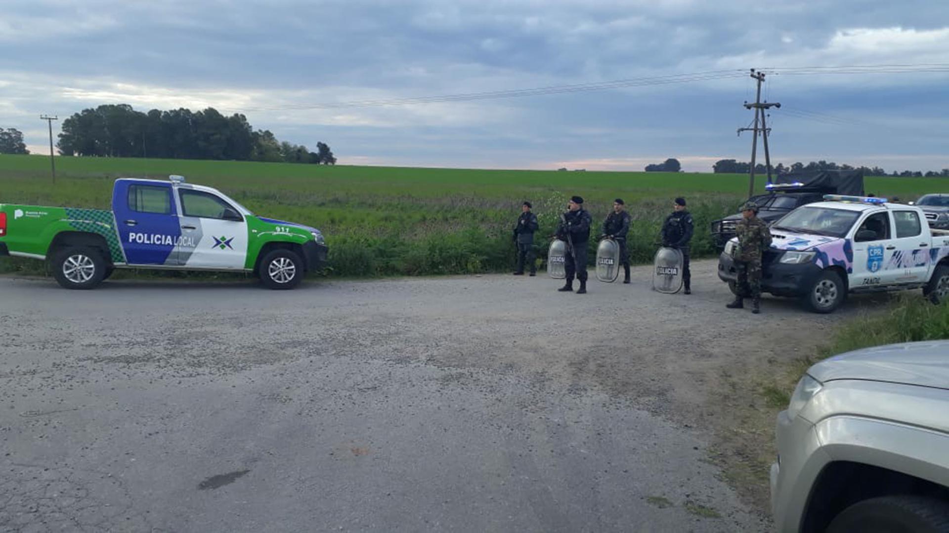La Policía aguarda a pocos metros del lugar donde fue encontrado el cuerpo