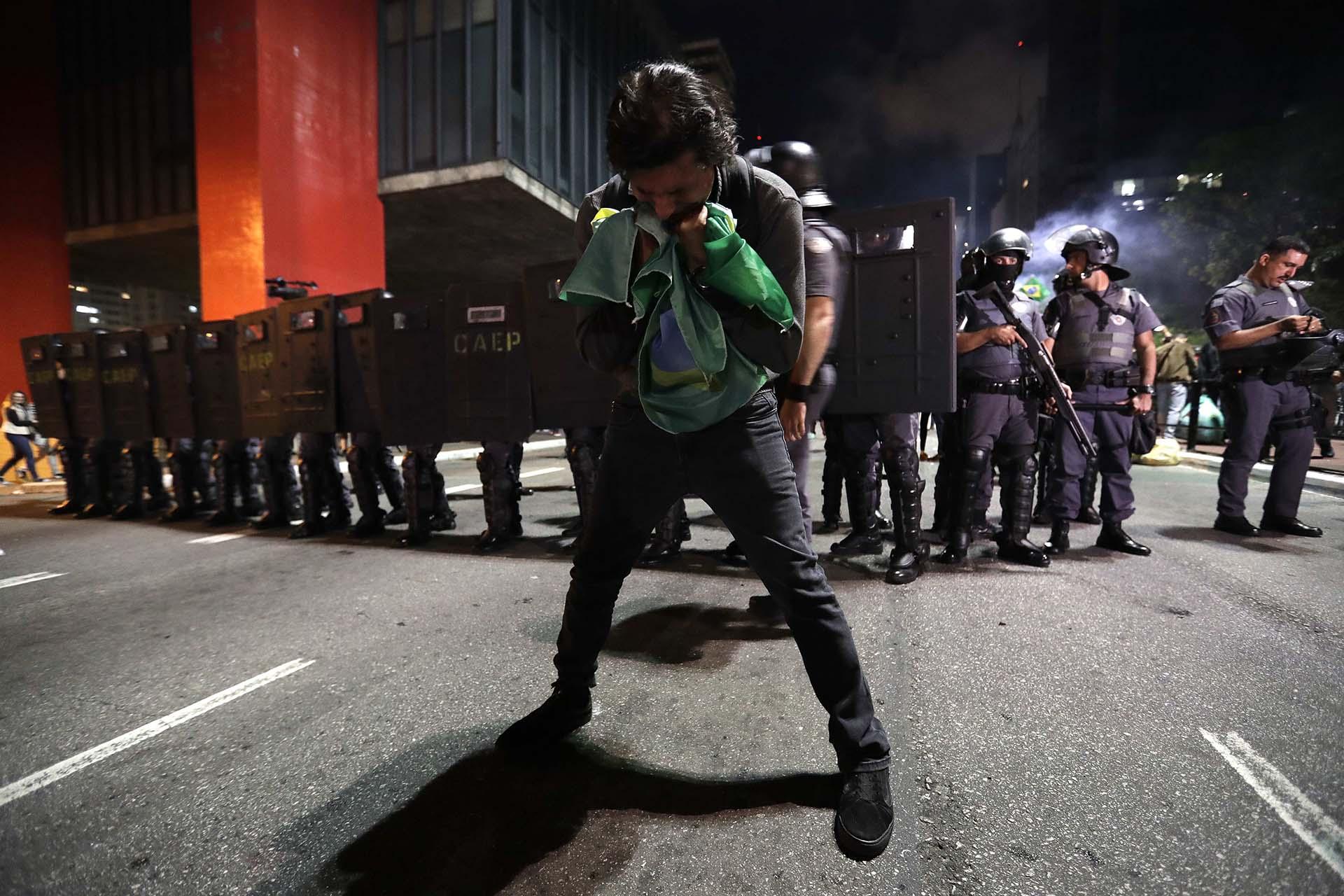 Un hombre besa la bandera de Brasil en medio de los festejos(Reuters y EFE)