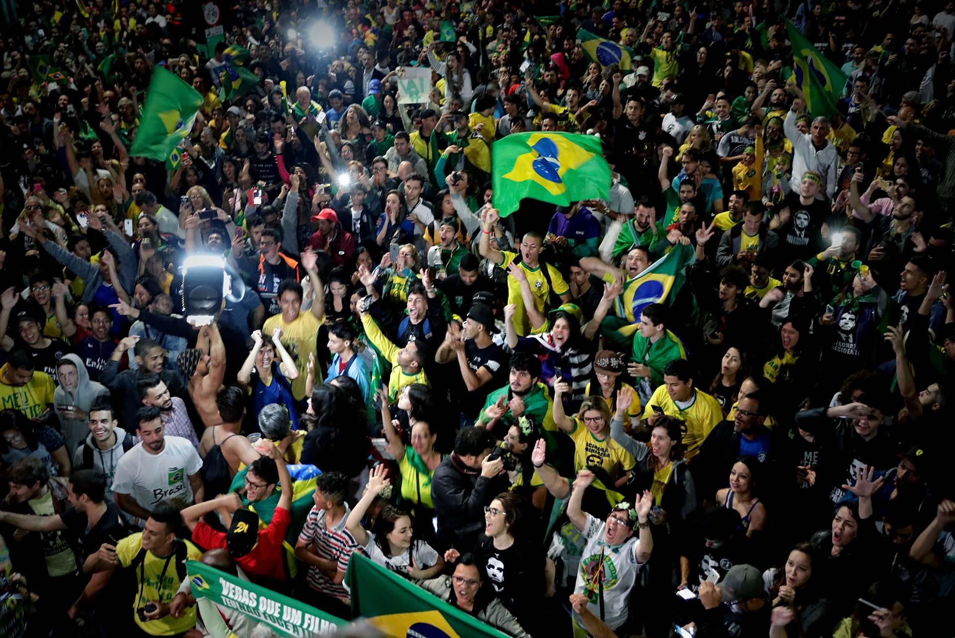 Miles de manifestantes se movilizaron en San Pablo tras la victoria de Jair Bolsonaro(EFE/Fernando Bizerra)