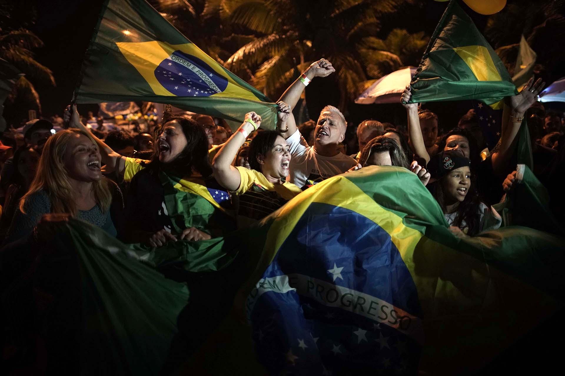 Algunos celebraron en las inmediaciones de la casa del flamante presidente de Brasil(AP Photo/Leo Correa)