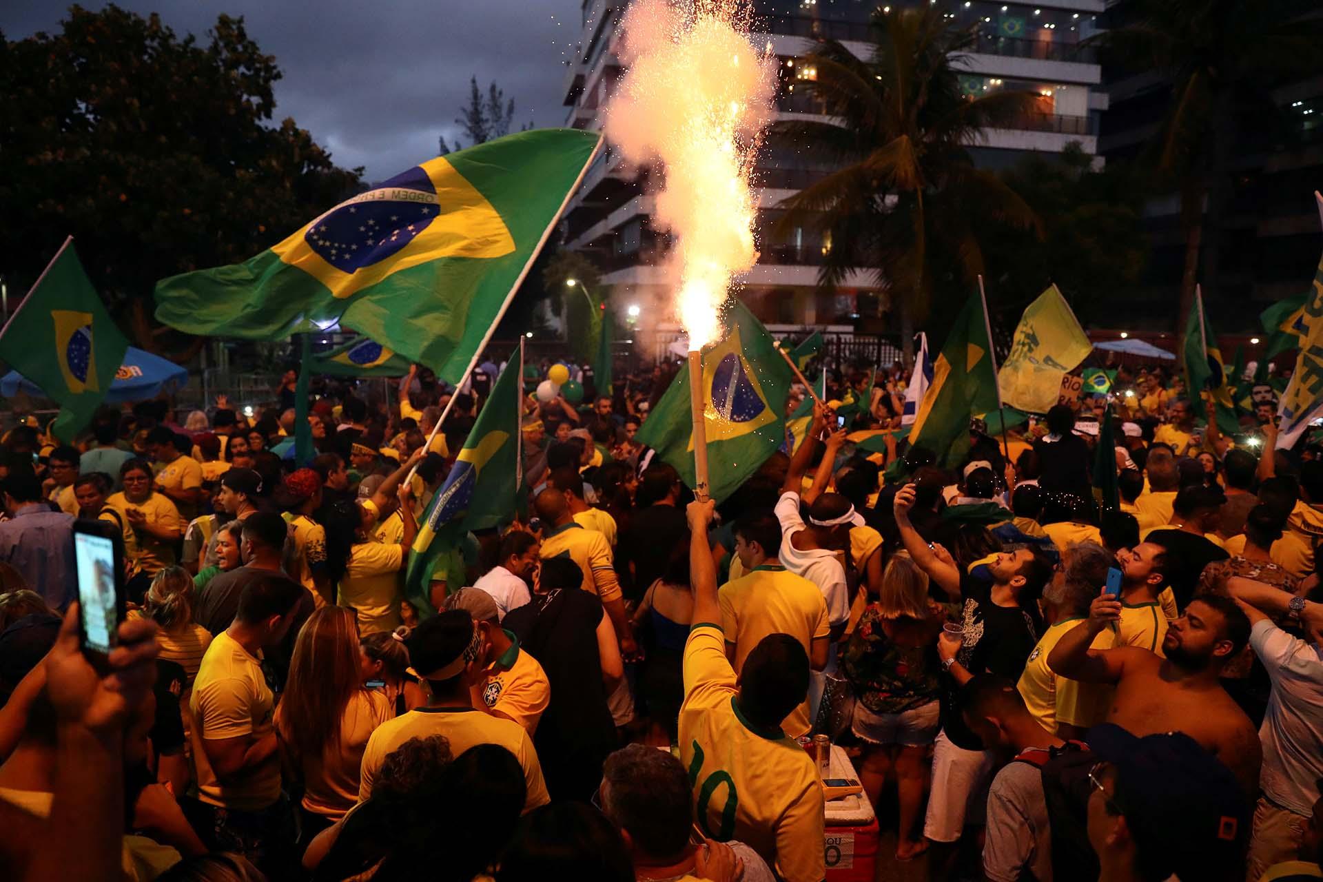 Bengalas y banderas para celebrar el triunfo de Bolsonaro (REUTERS/Pilar Olivares)