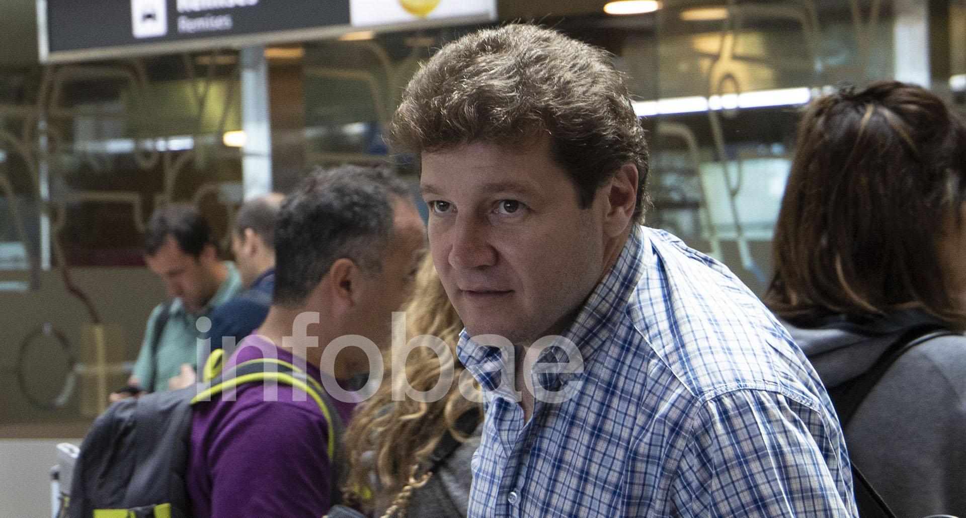 El intendente Gustavo Melella al llegar al Aeroparque porteño