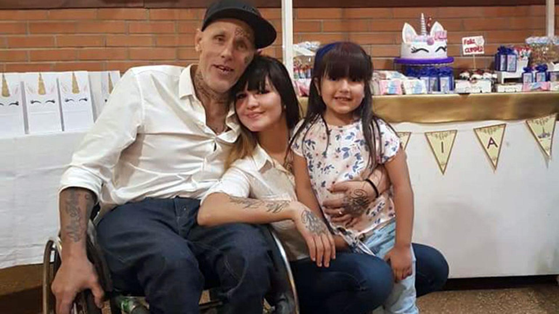 Pablo Villanueva con su mujer Coco y su hijita Mía