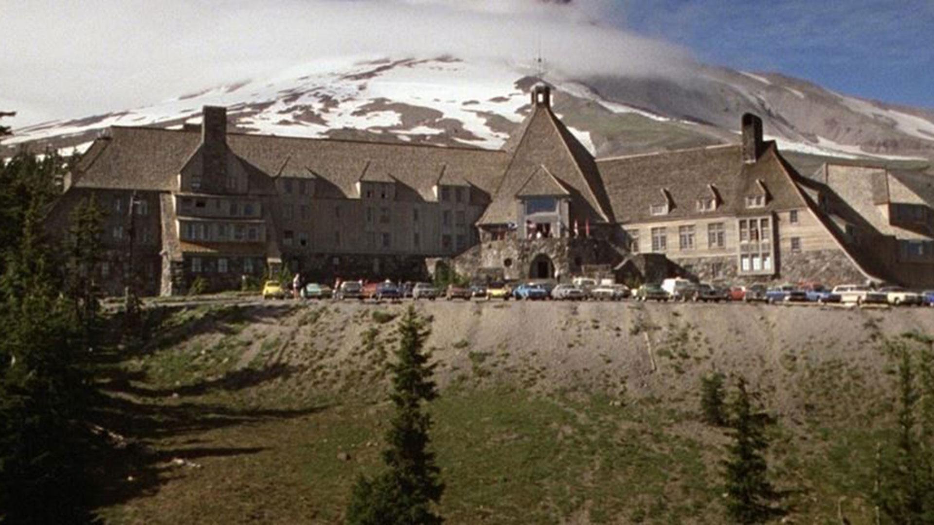 La película que estableció un precedente el el cine de terror, tiene como locación a un hotel llamado Timberline Lodge.