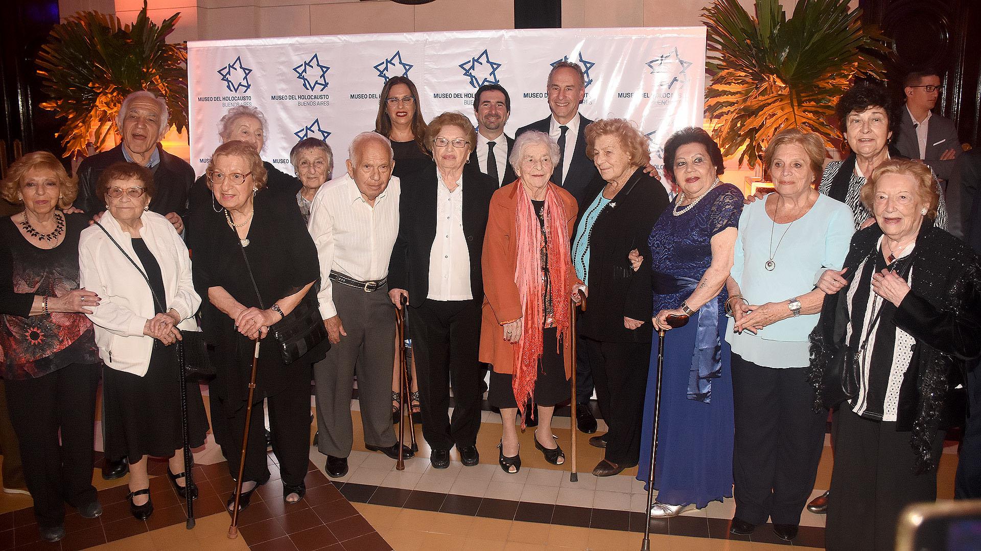 En la fila de atrás: Fabiana Mimdlin, Jonathan Karszembaum – directores del Museo- Marcelo Mindlin jnto a sobrevivientesdel Holocausto junto a la comisión directiva del Museo del Holocausto