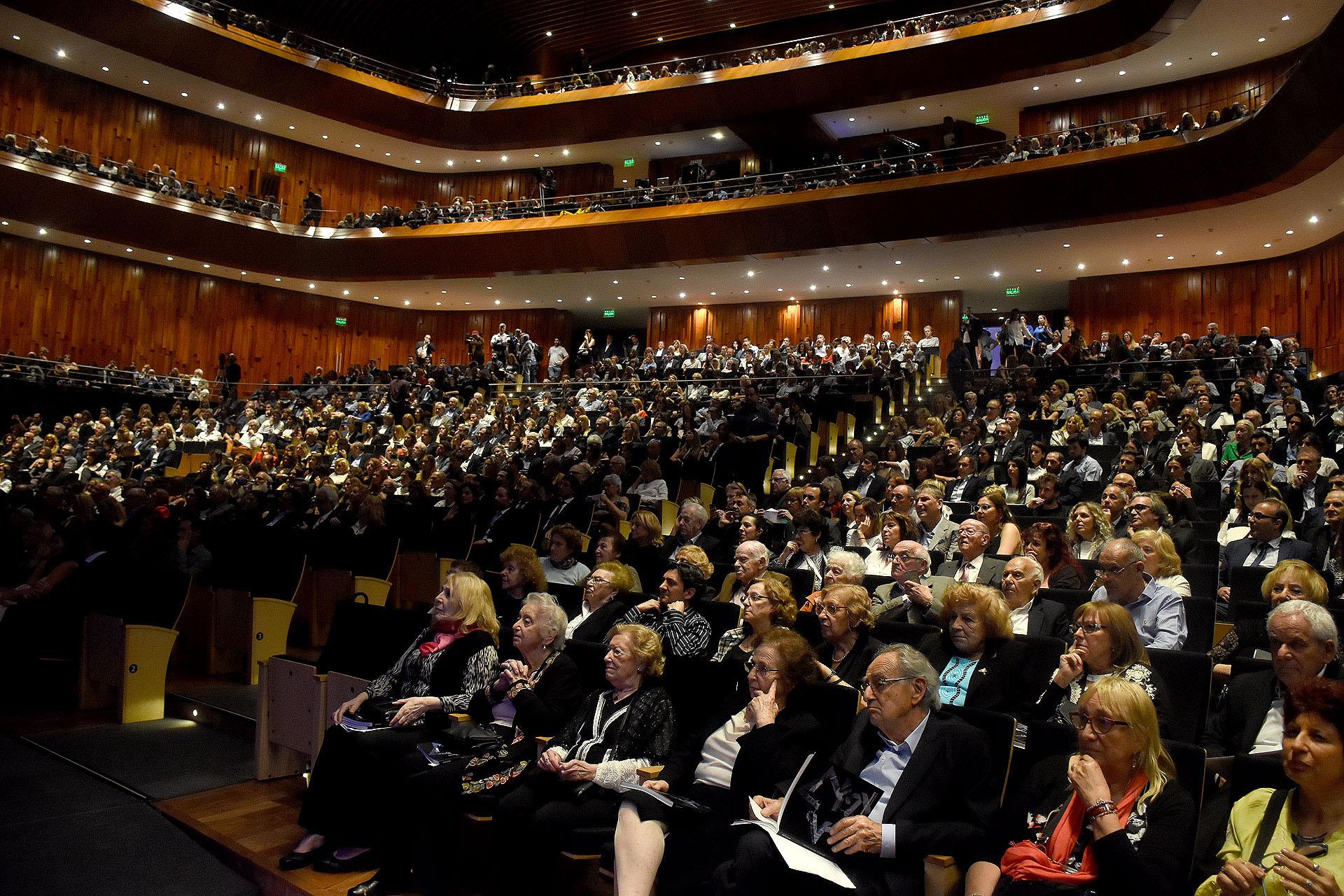 Sala llena del CCK, con referentes de la políticas, sectores privados y un grupo de sobrevivientes del Holocausto