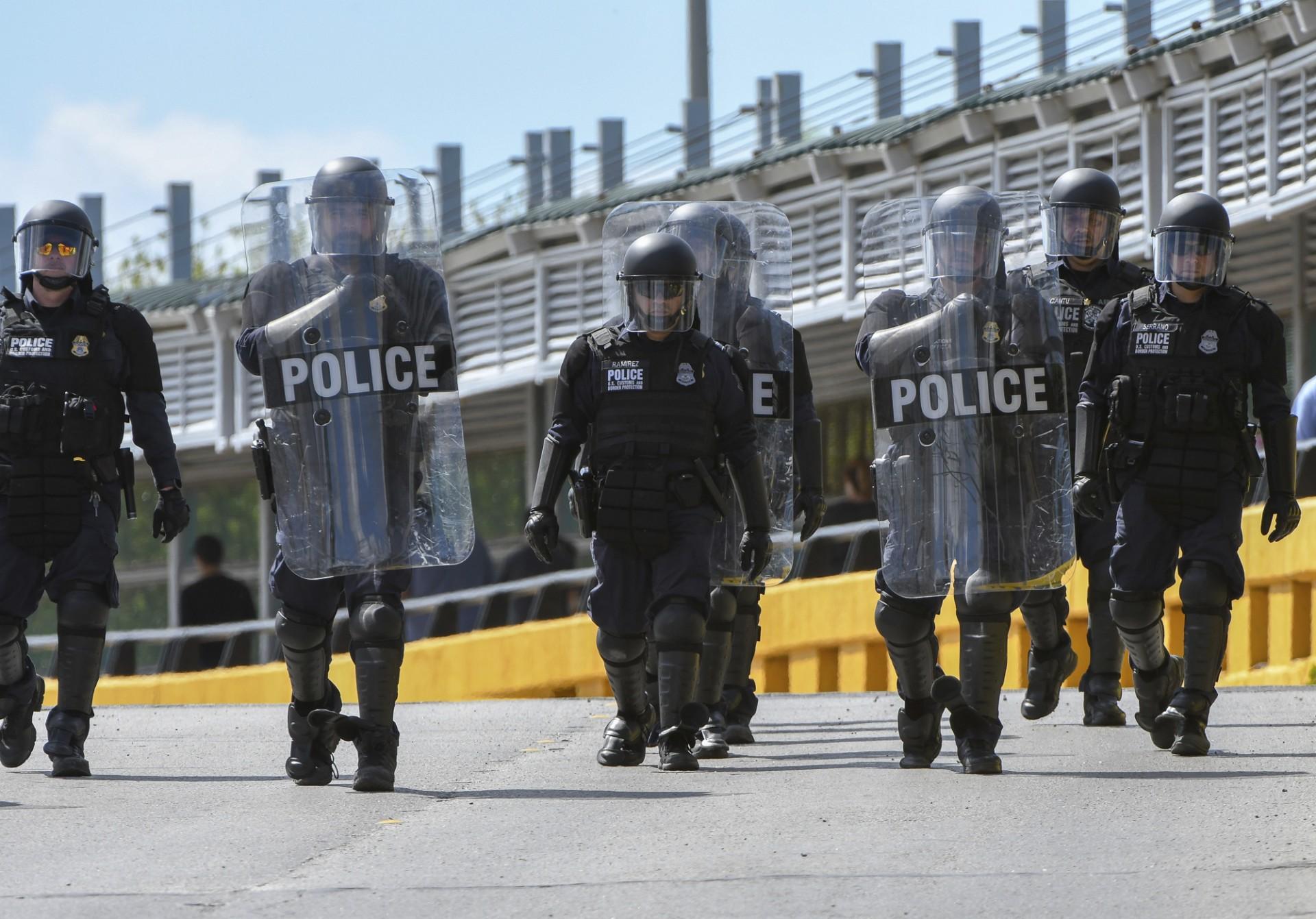 Policías desplegados en la frontera de Texas (Jason Hoekema/The Brownsville Herald via AP)