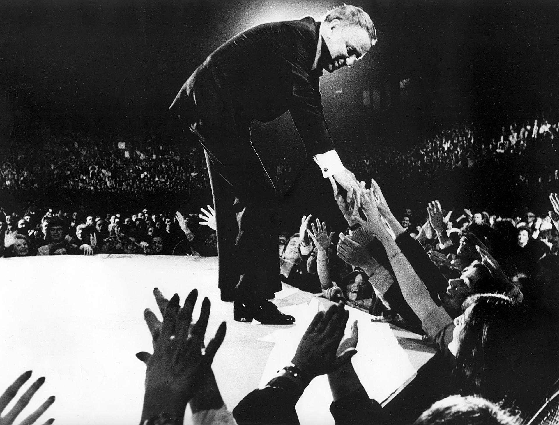Frank Sinatra en uno de sus dos recitales en el Luna Park (Foto: Prensa Penguin Random House)