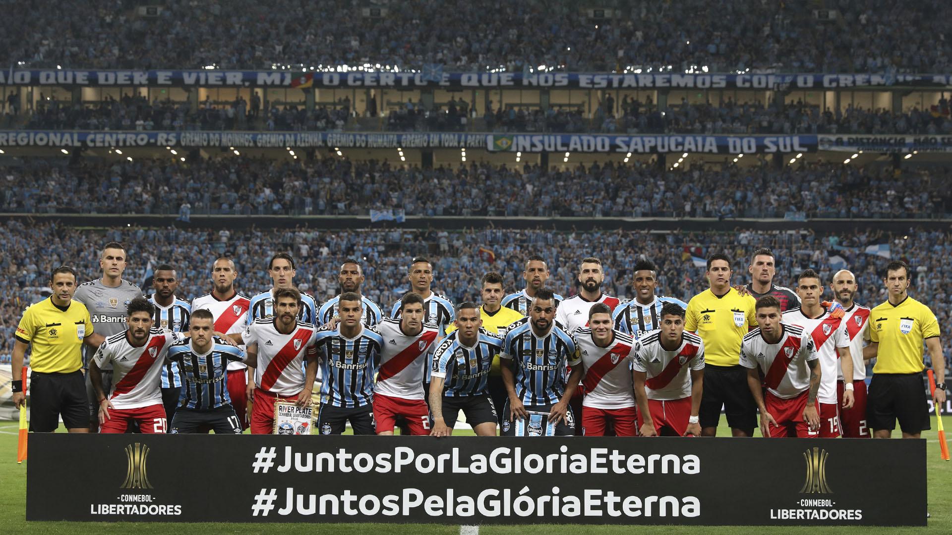 Los equipos posaron juntos a minutos del inicio de la semifinal que determinó la clasificación de River a la final. Espera por Palmeiras o Boca. El equipo argentino ganó 2 a 0 la ida y definirá la llave esta noche en Brasil (Reuters)