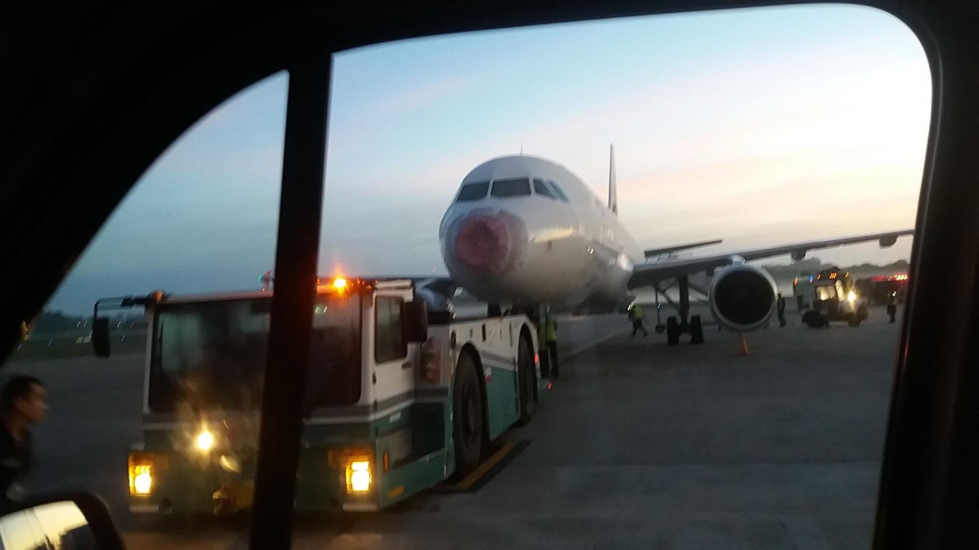 El piloto se declaró en emergencia y pidió prioridad para aterrizar en Ezeiza (foto: @siular1)
