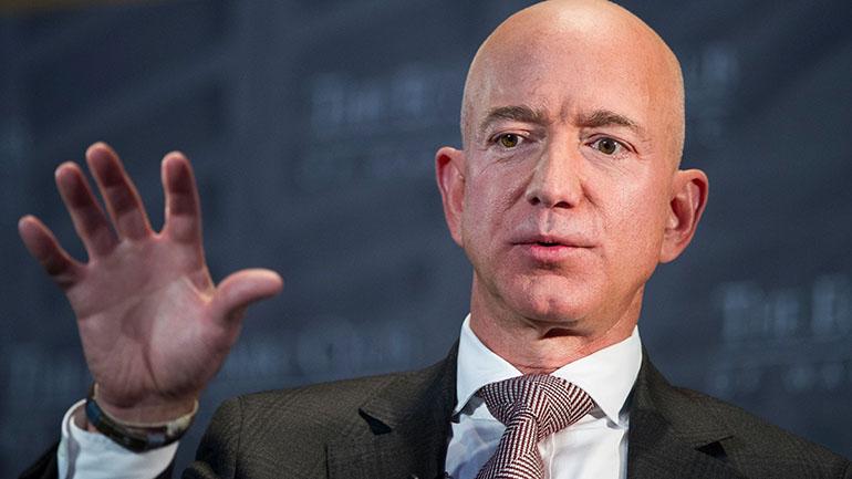 Alafirmar que lo quieren extorsionar, Jeff Bezos reconoció que se tomó selfies desnudo. (AP)